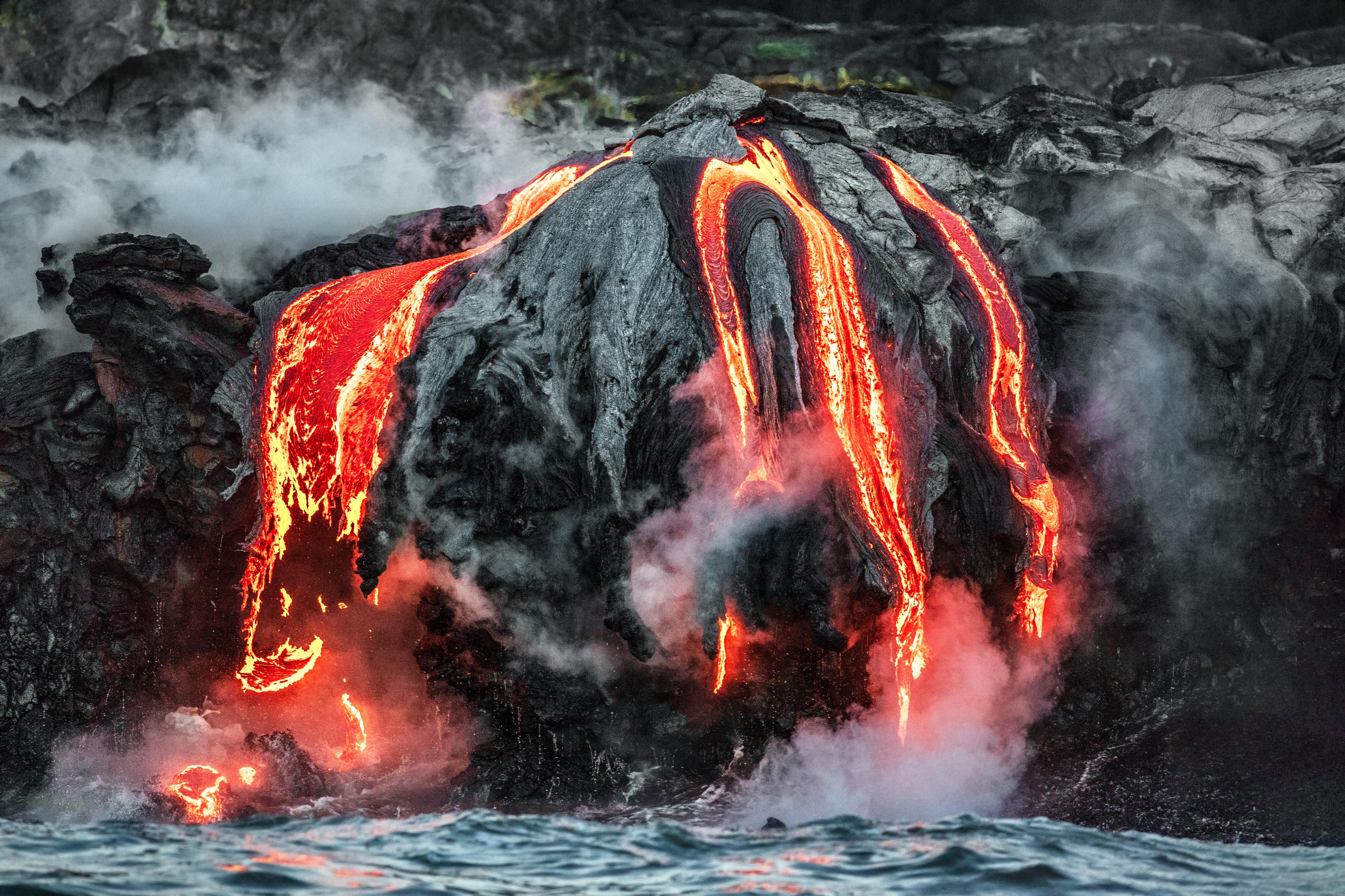 El volcán Kīlauea en Hawai es el más activo del mundo. El volcán ha estado en erupción casi constantemente desde caños desde 1983, por lo que es una de las erupciones más longevas que se conocen