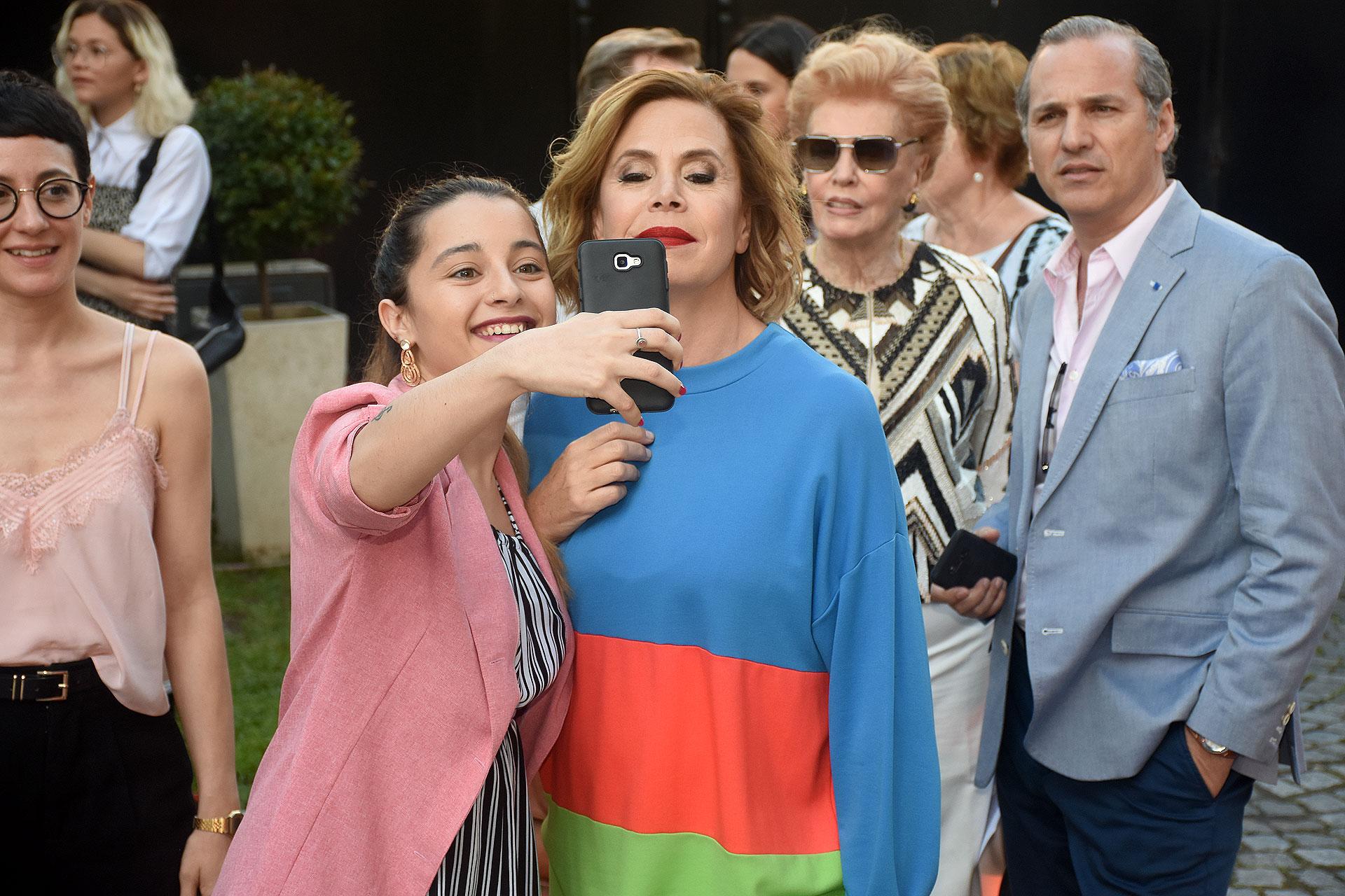 Ágatha Ruiz de la Prada en una selfie con una seguidora
