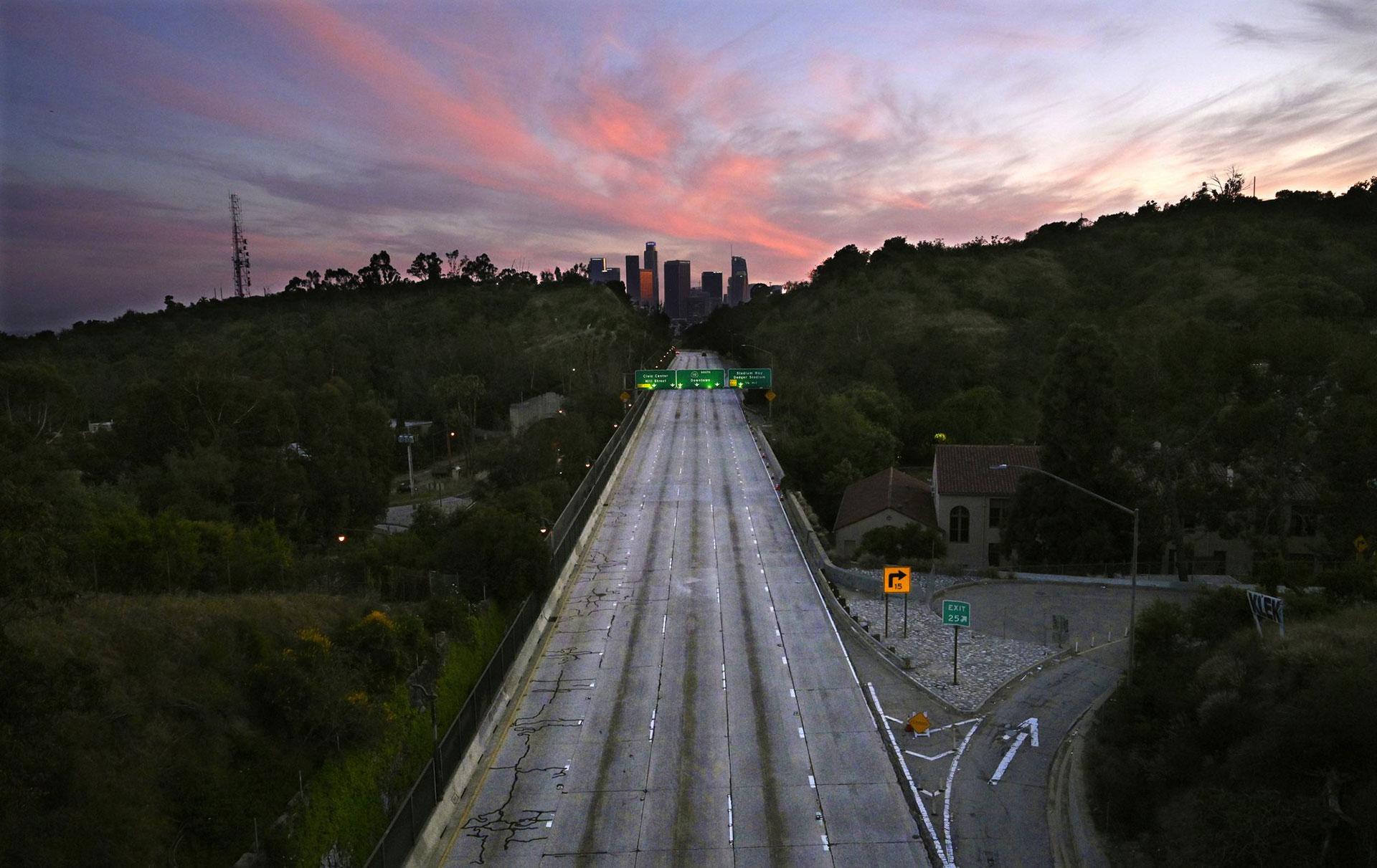 Los carriles vacíos de la autopista 110 Arroyo Seco que conduce al centro de Los Ángeles, California, el domingo 26 de abril de 2020 (Foto AP / Mark J. Terrill)