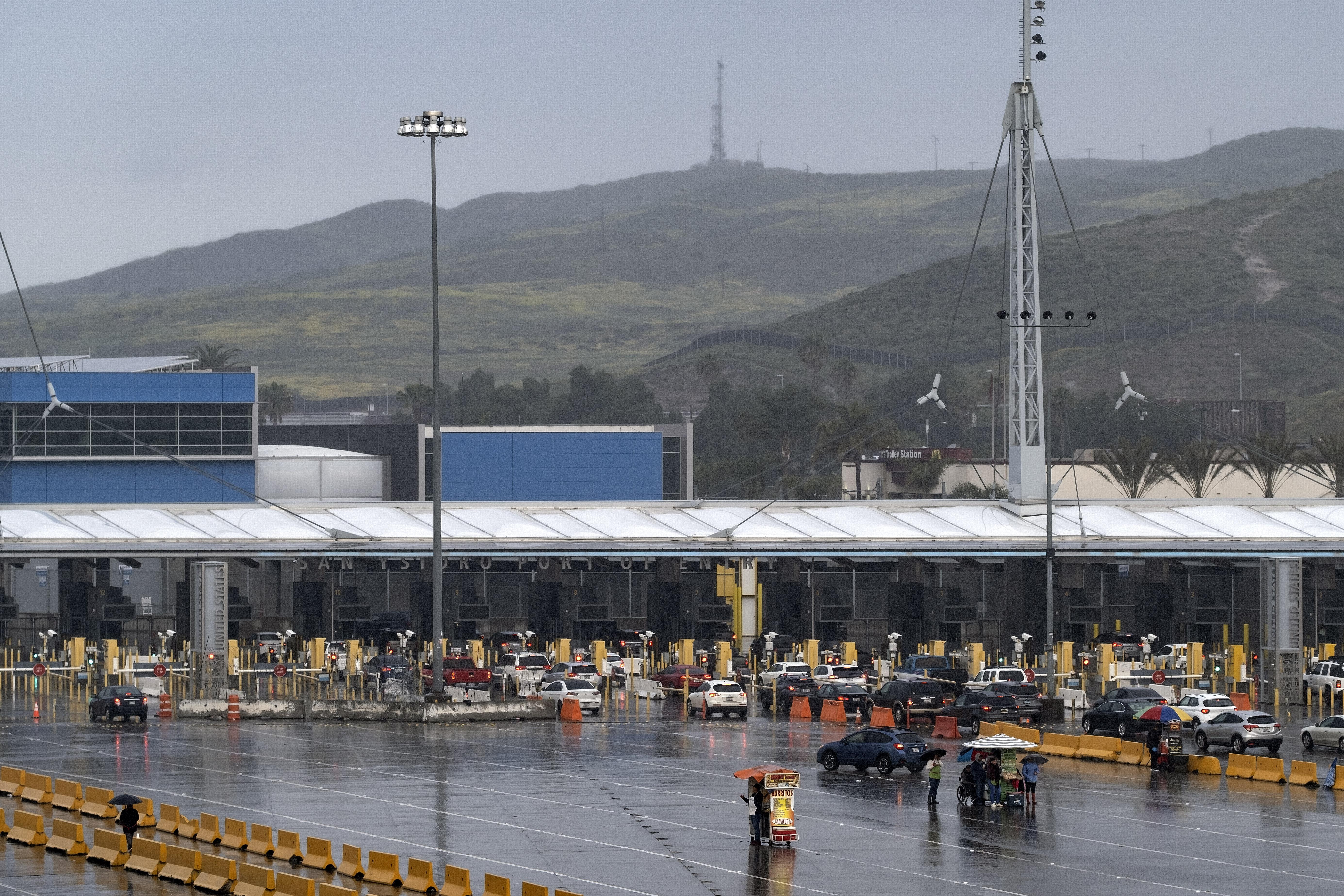 Vista del puerto de entrada de San Ysidro cuando pocos automóviles ingresan a los EE. UU. Desde Tijuana, estado de Baja California, México, el 19 de marzo de 2020.