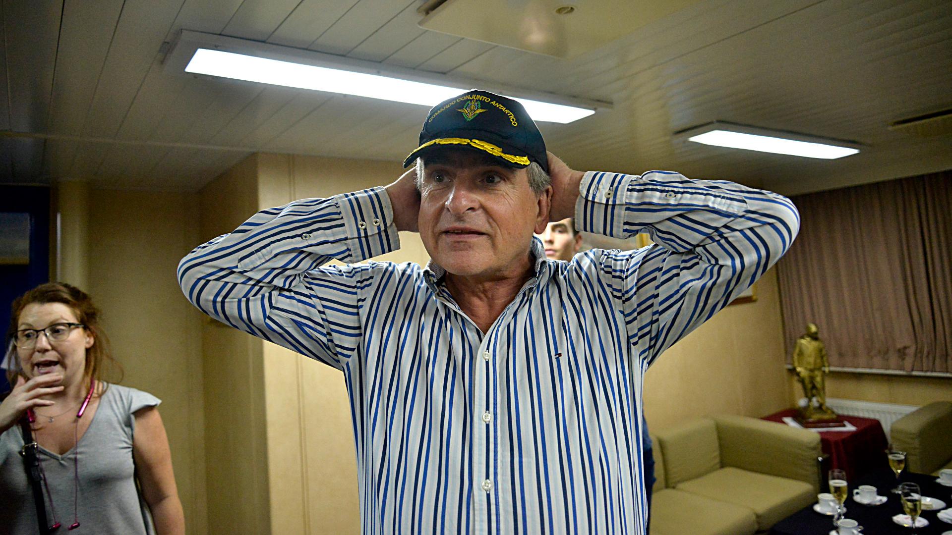 El ministro de Defensa, Agustín Rossi, probándose la gorra de capitán