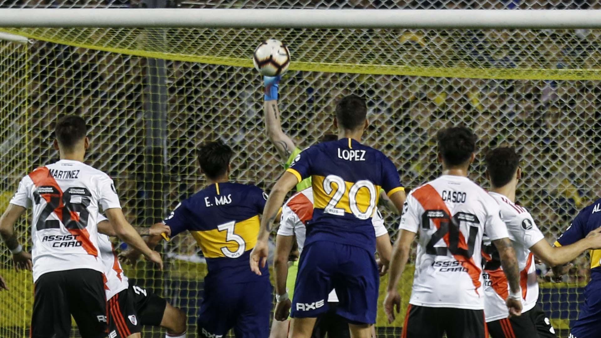 Sobre el final del primer tiempo, Armani sacó una pelota que pegó en montiel y evitó el gol en contra