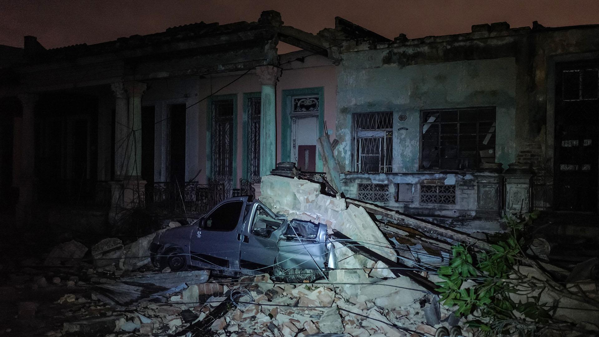 Un vehículo aplastado por escombros en La Habana. Hubo al menos tres muertos y más de 100 heridos (AFP)
