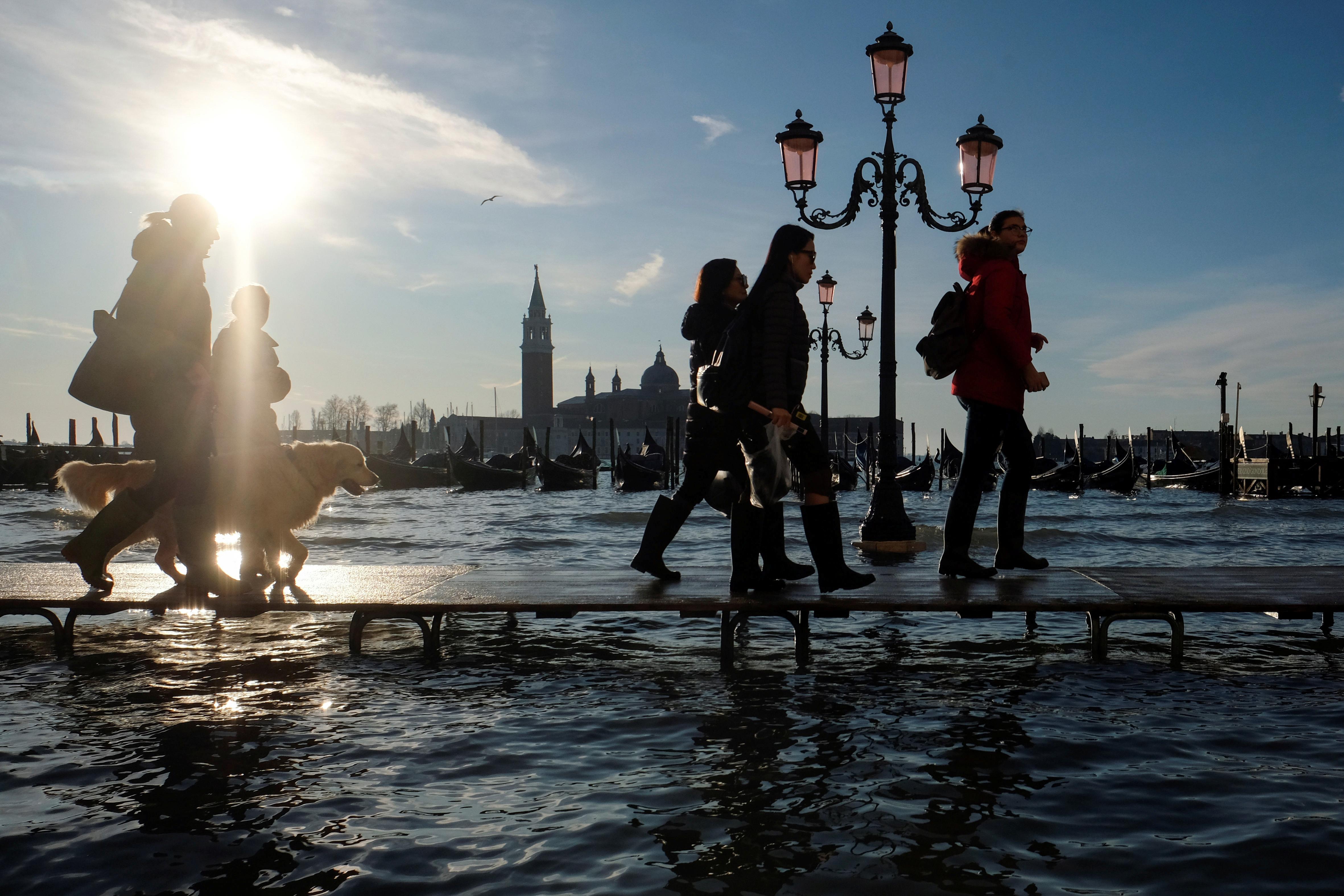 La gente camina durante la marea alta en Venecia, (REUTERS/Manuel Silvestri)
