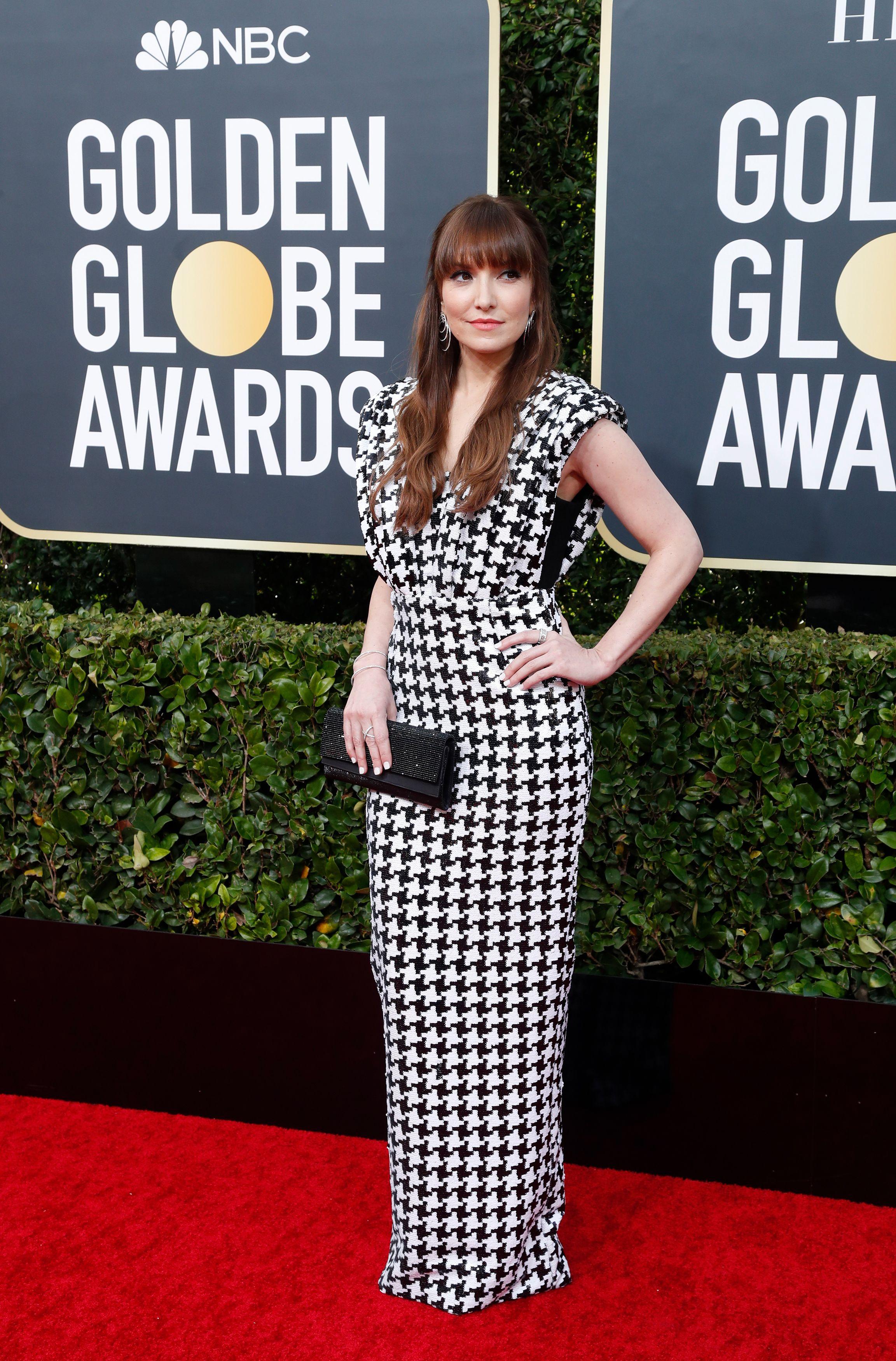 Lorene Scafaria lució un vestido sirena cuadrillé con escote V y mangas japonesas. Completó su look con clutch rígido rectangular en color negro