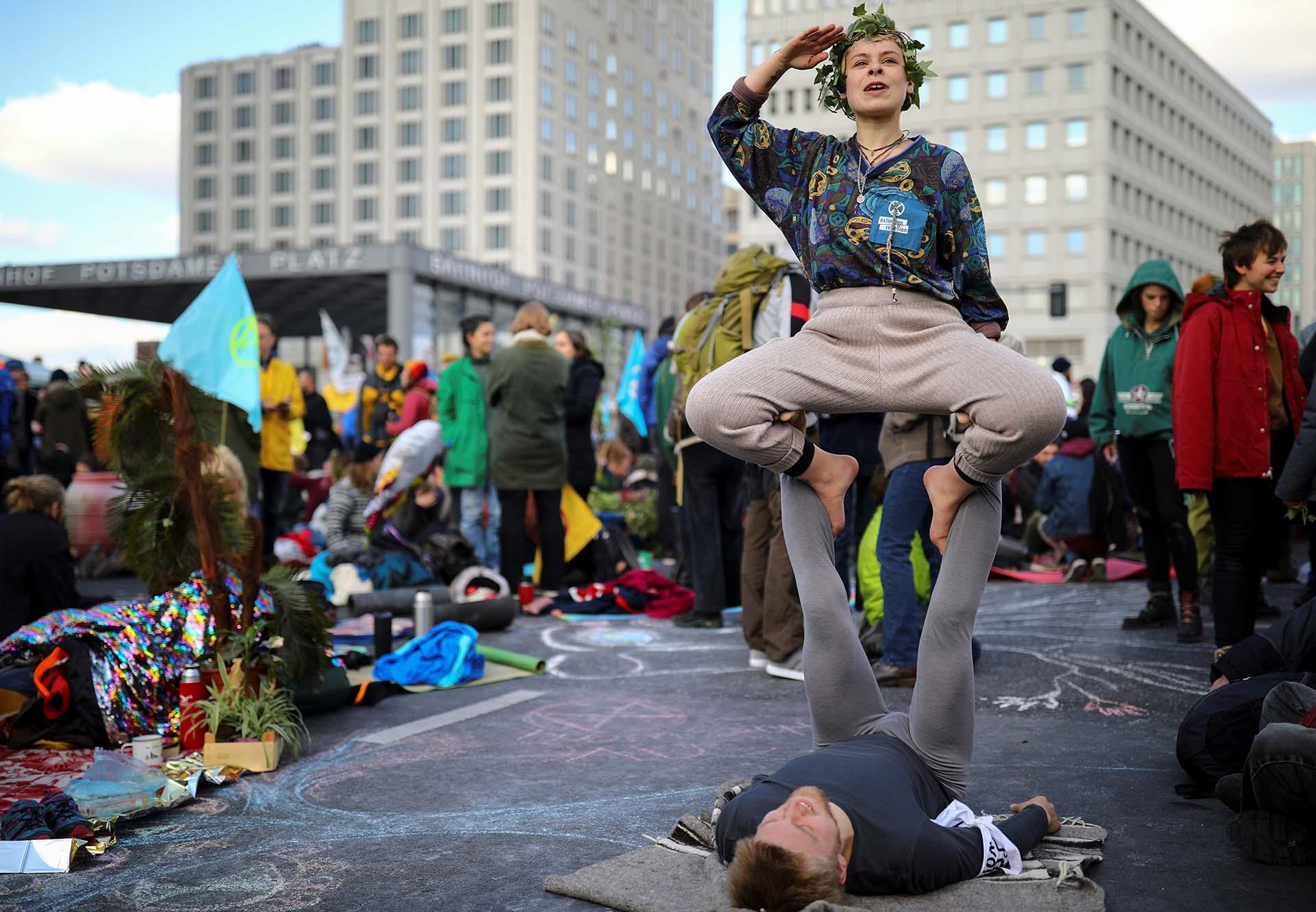 Activistas climáticos asisten a una protesta de rebelión de extinción en la plaza Potsdamer Platz en Berlín, Alemania, el 7 de octubre de 2019. REUTERS / Hannibal Hanschke