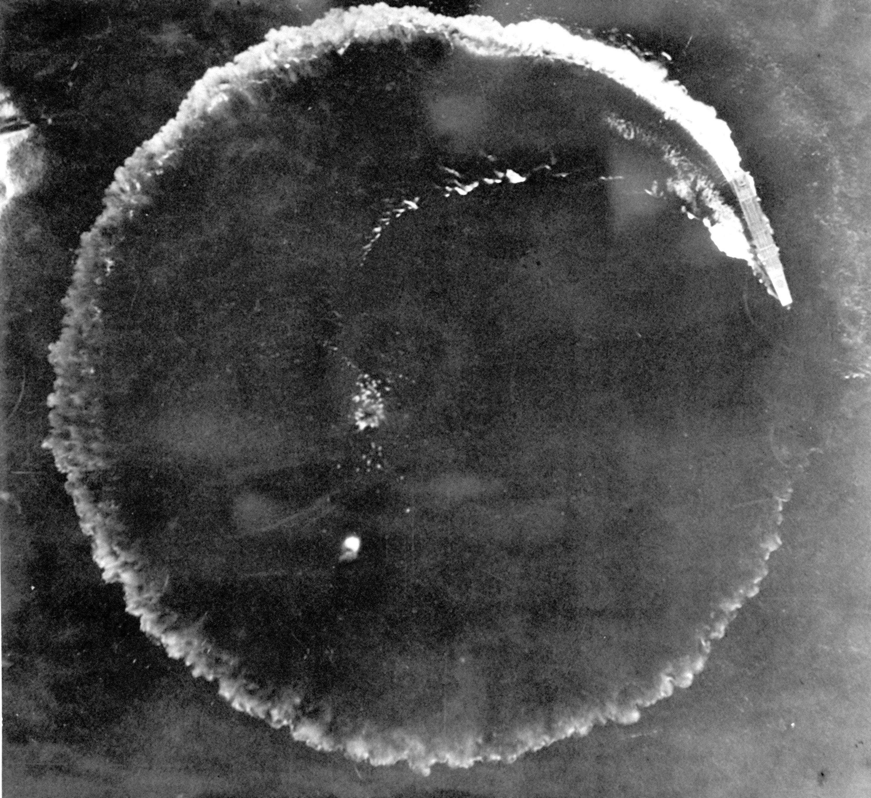 Una portaaviones japonés toma acciones evasivas durante la batalla, en una foto tomada por una aeronave estadounidense en 1942 (AP)