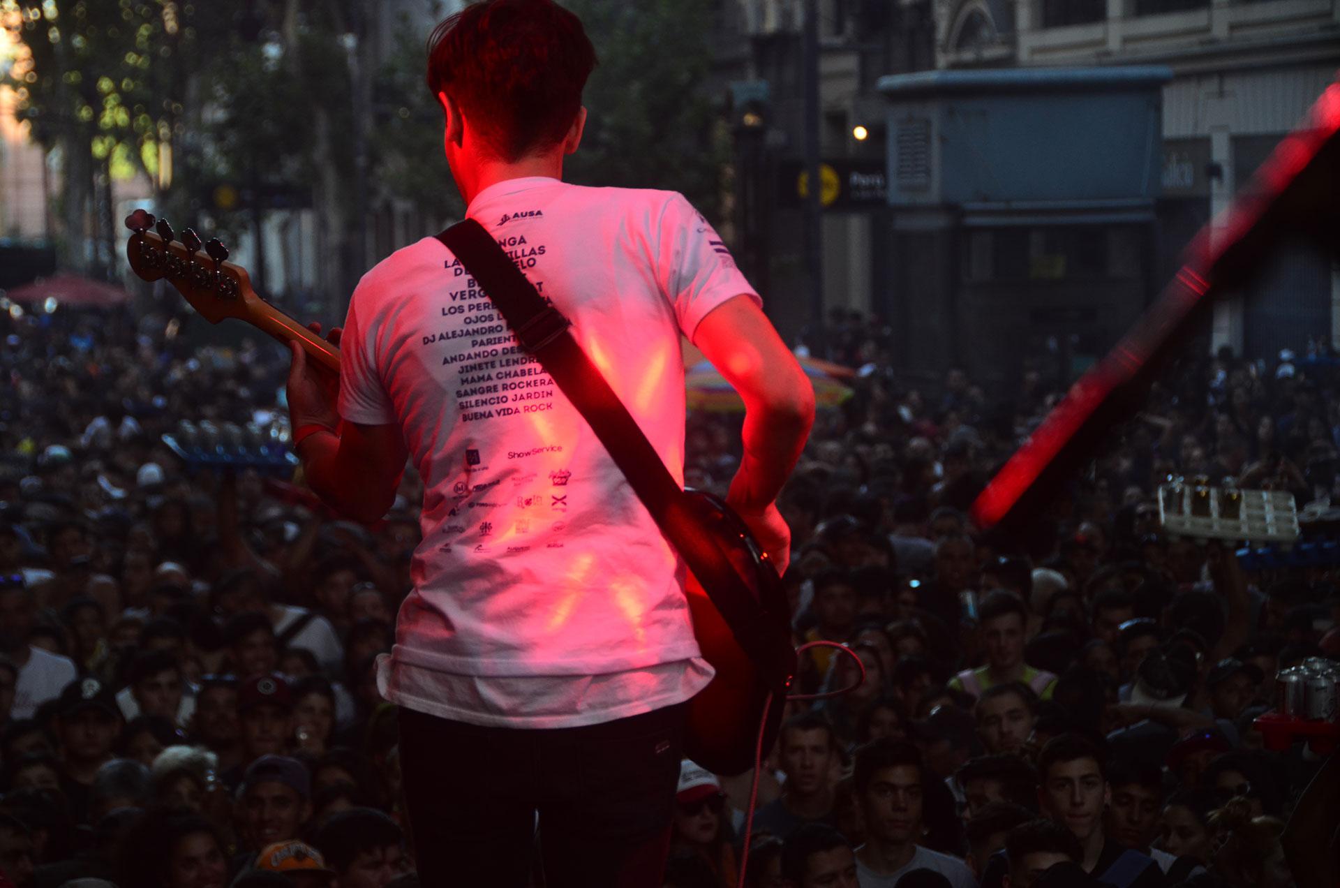 El CAMINATON #2kmxSida es un recital itinerante con la participación de una variedad de artistas tocando música sobre un escenario en movimiento y con el público acompañando en todo el recorrido, en una clara manifestación cultural a favor de la lucha contra el VIH-ITS, dando un mensaje constante de prevención y del uso correcto del preservativo