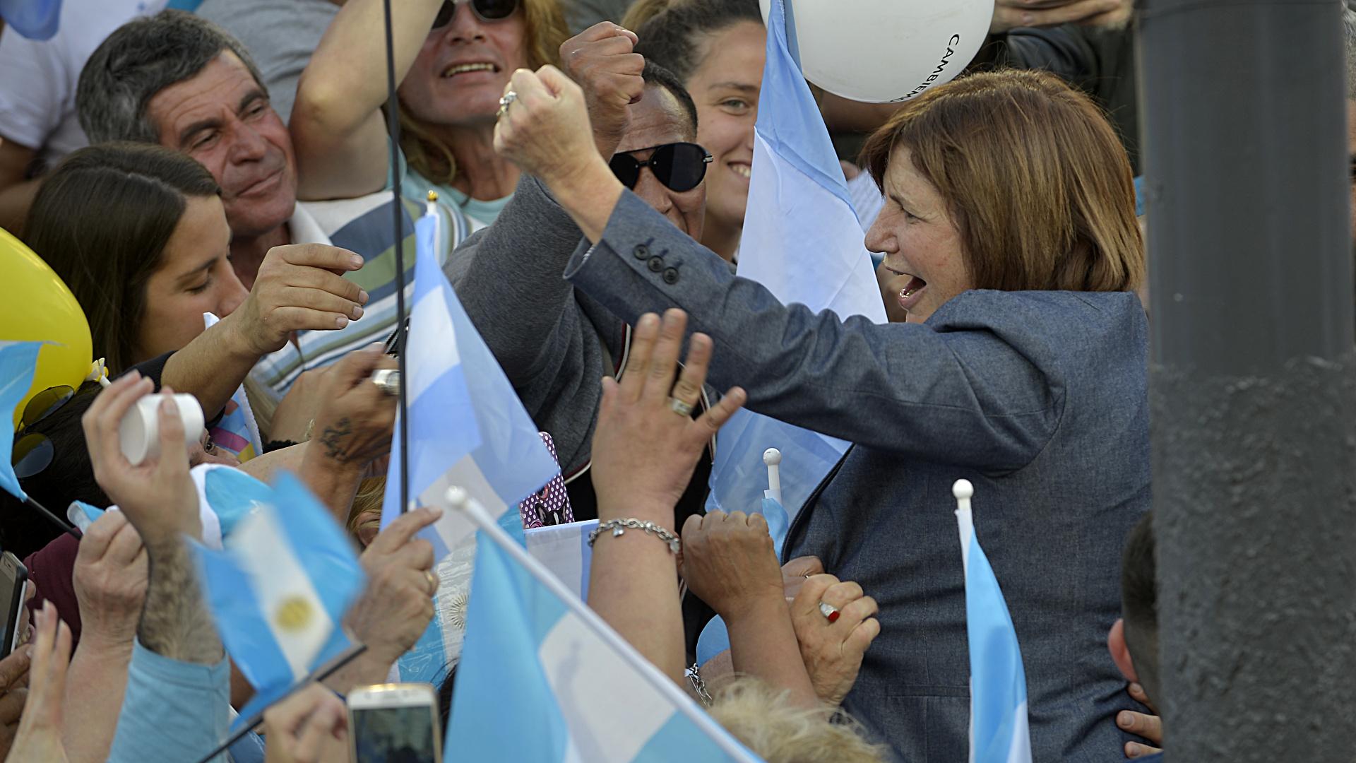Una eufórica Patricia Bullrich, ministra de Seguridad, llegando al acto