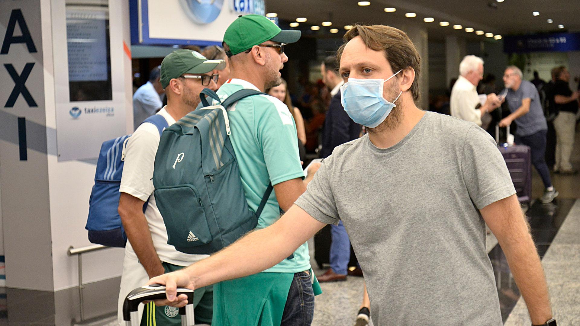 El coronavirus se puede transmitir de persona a persona a través del aire, al toser y estornudar, al tocar o estrechar la mano de una persona enferma, o al tocar un objeto o superficie contaminada con el virus y luego tocarse la boca, la nariz o los ojos antes de lavarse las manos