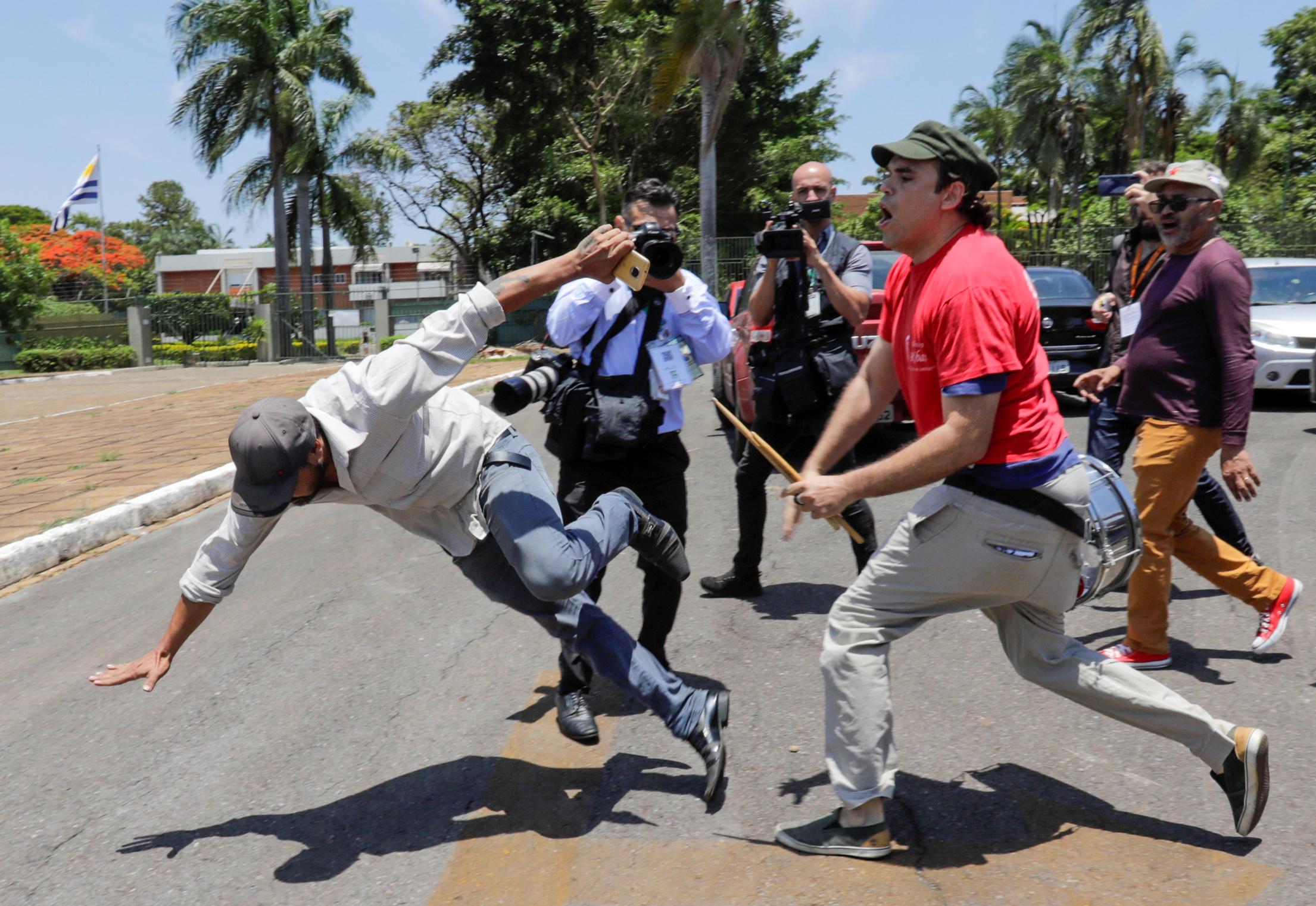 El seguidor de Guaidó cae el piso golpeado por un chavista