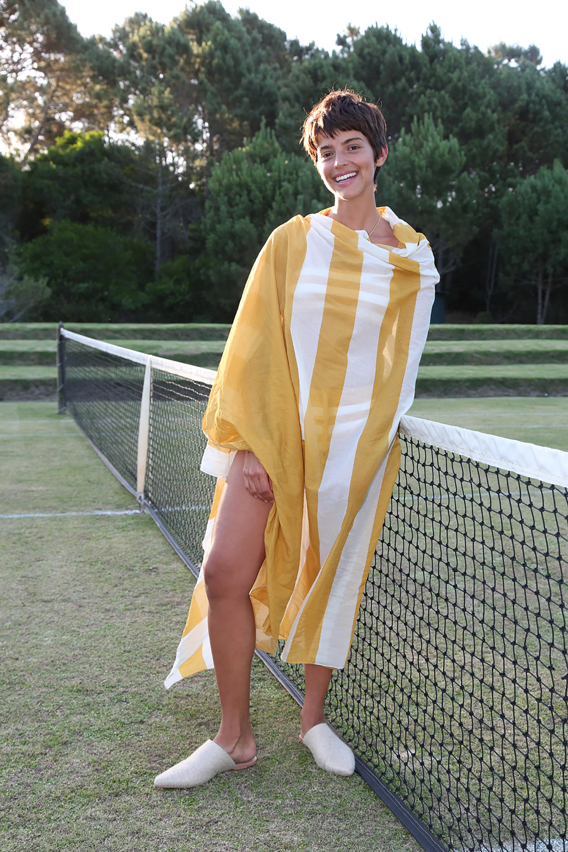 Calu Rivero y una túnica playera