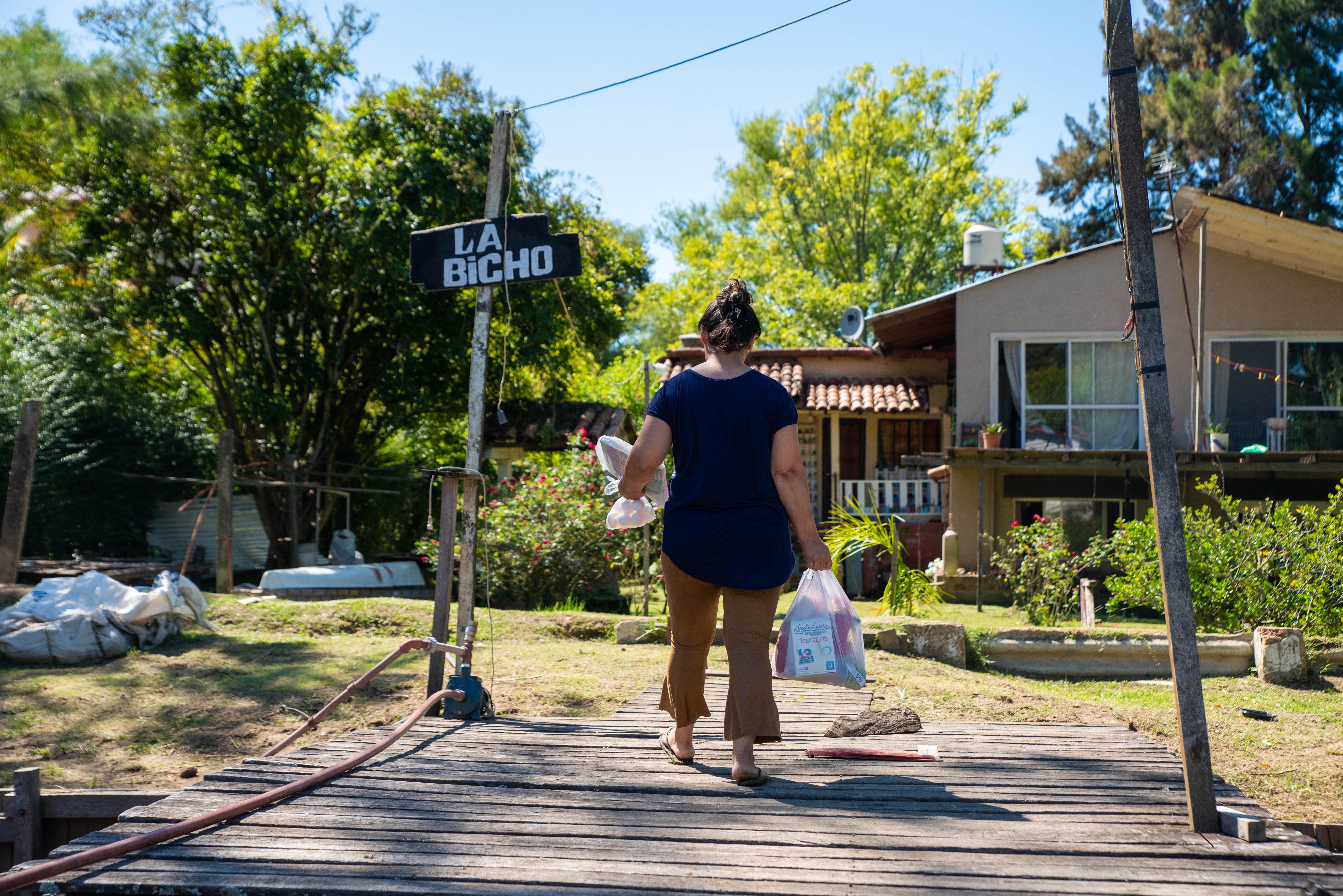 Una vecina del Delta del Tigre regresa a su domicilio después de haber recibido uno de los kits con alimentos. (Foto: Franco Fafasuli)