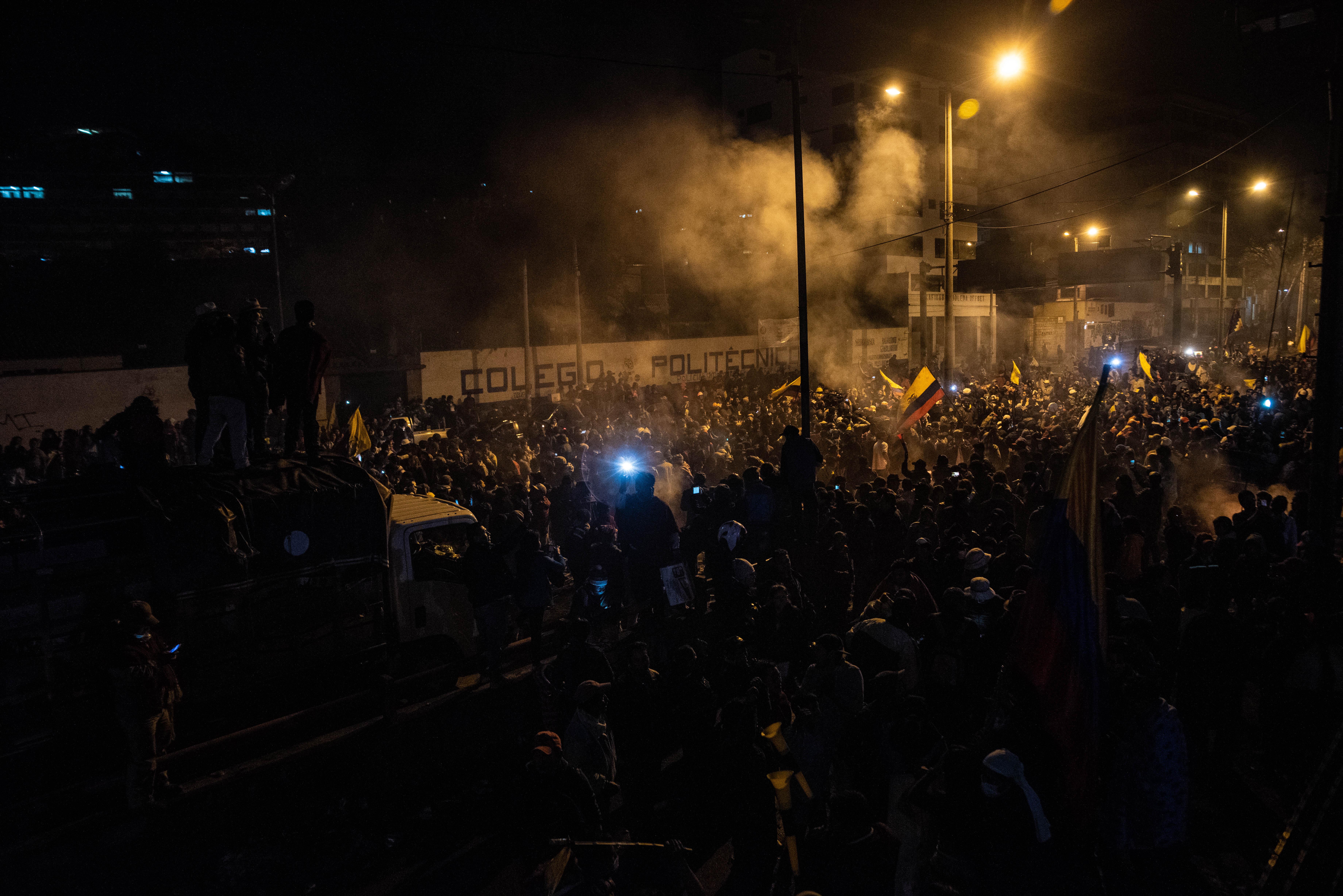 """Familias enteras tomaron las calles, mientras en el parque del Arbolito, epicentro de los disturbios en la capital, una multitud de manifestantes gritaban insistentemente: """"¡Sí se puede, sí se puede!""""."""