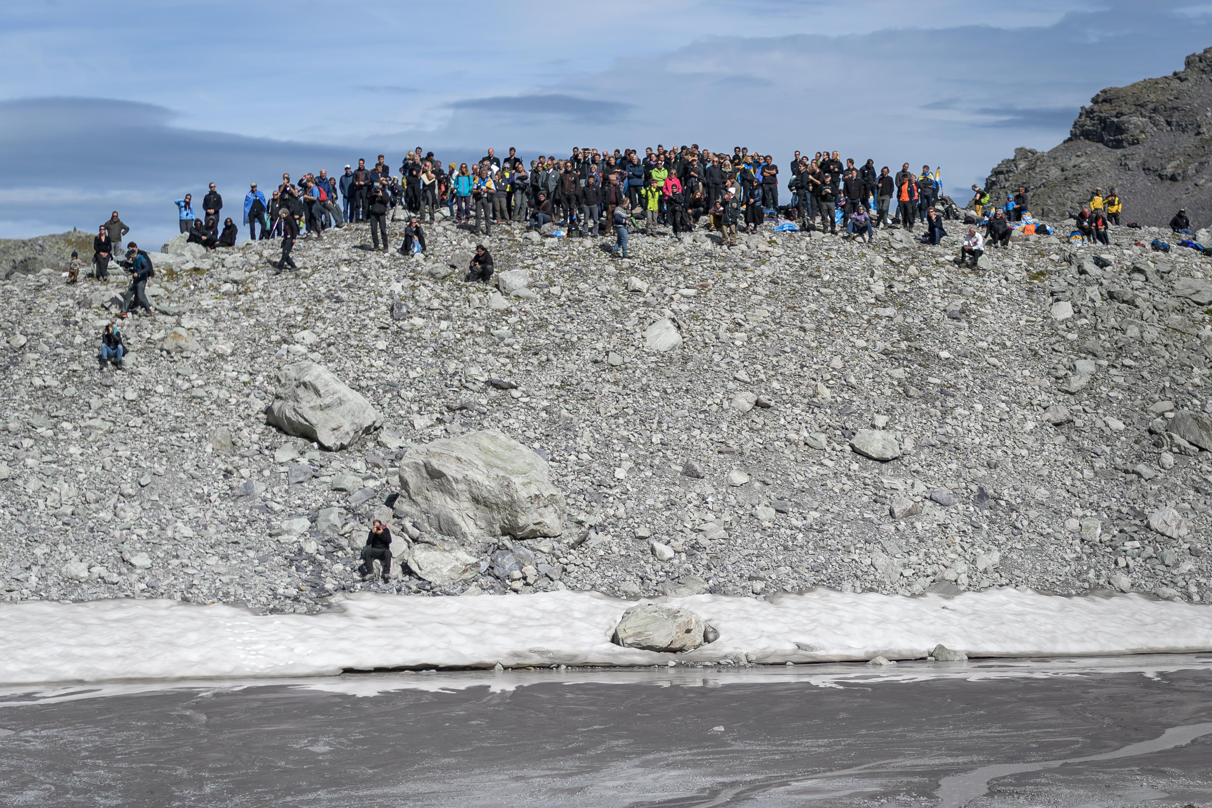 Alrededor de cien personas estuvieron presentes. (Foto por Fabrice COFFRINI / AFP)