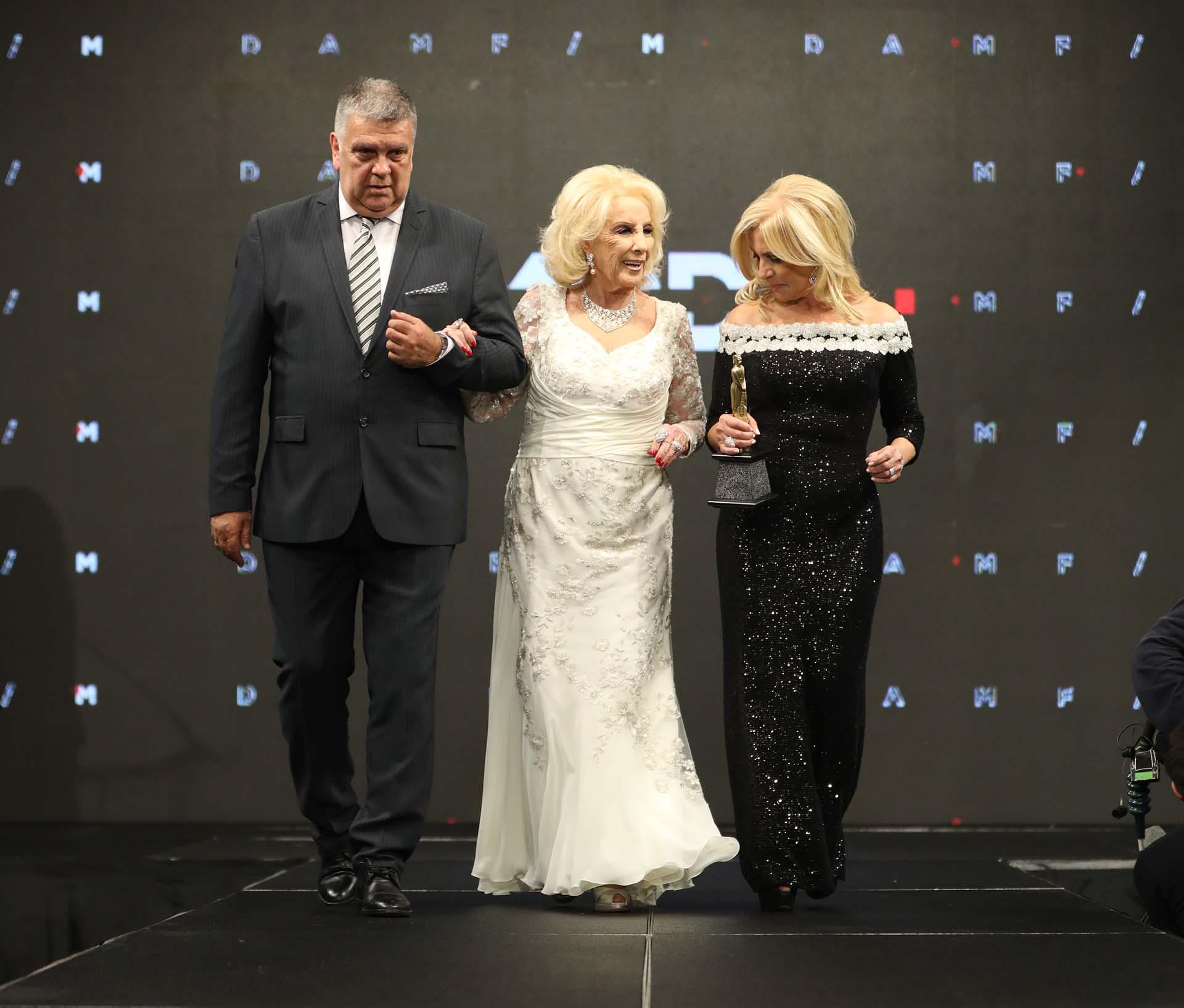 Mirtha sobre el escenario junto a Luis Ventura -presidente de APTRA- y Susana Roccasalvo