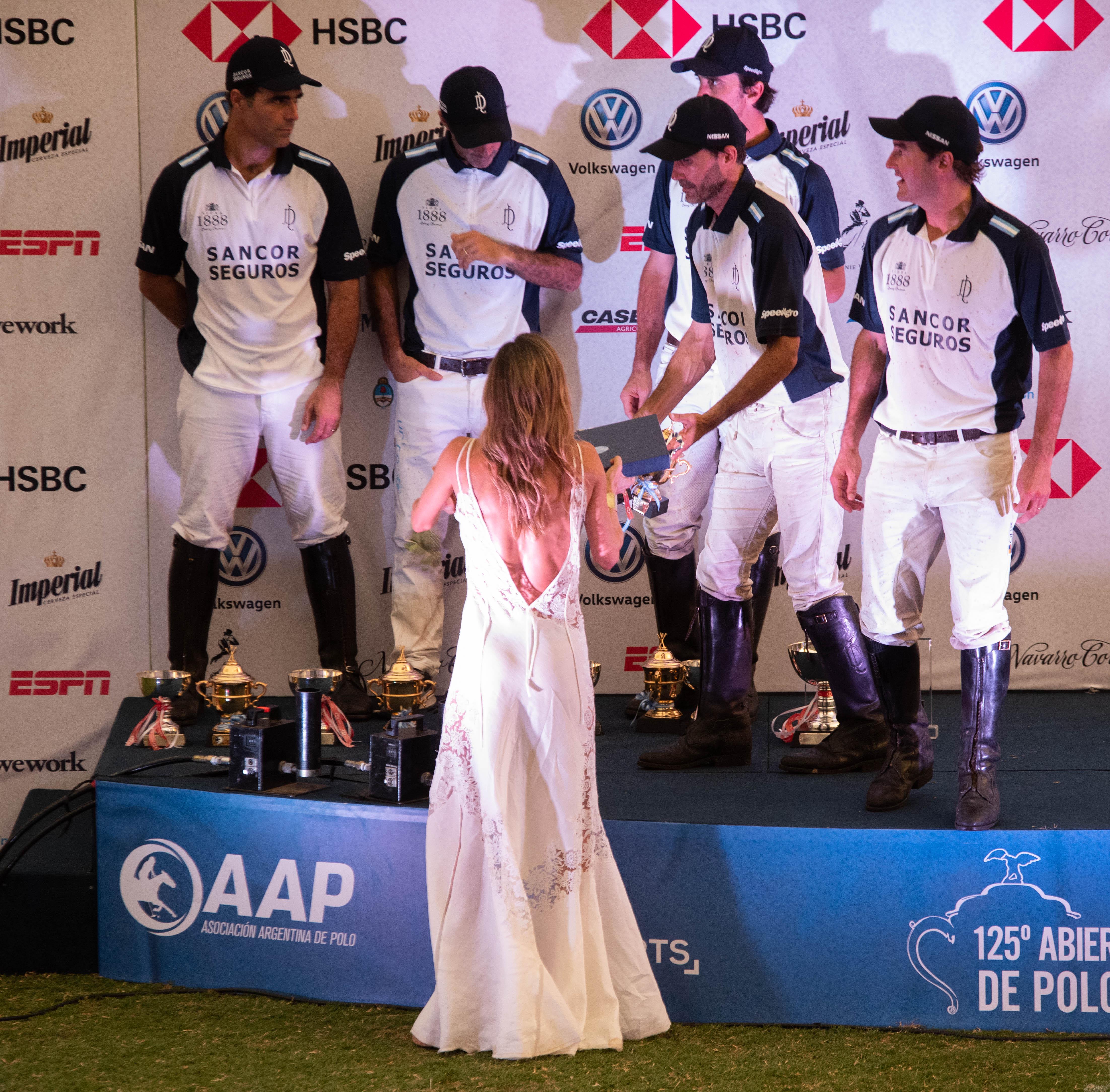 María Vázquez y el equipo de La Dolfina sobre el podio