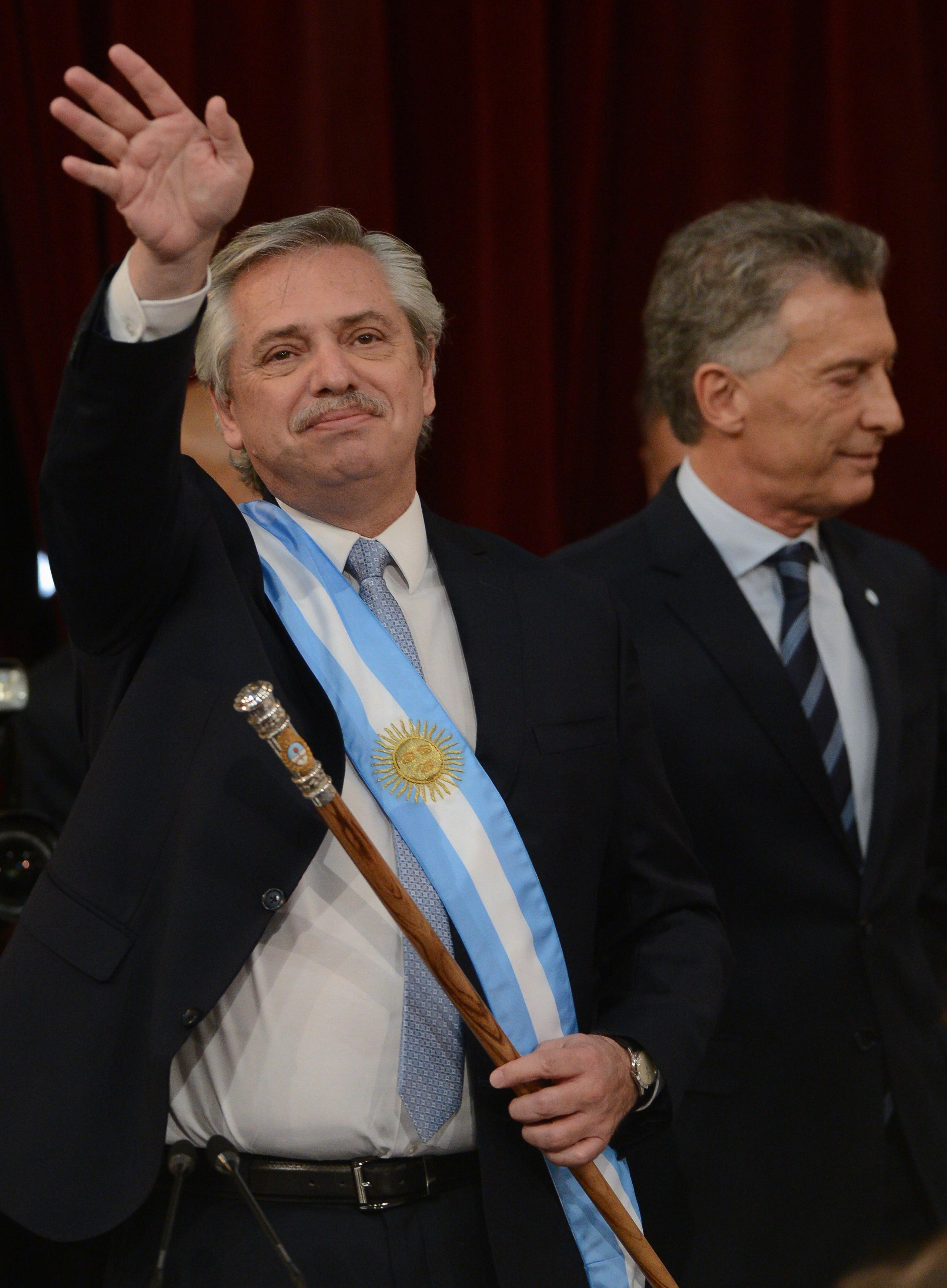 Alberto Fernández saluda con los atributos presidenciales antes de dar su discurso