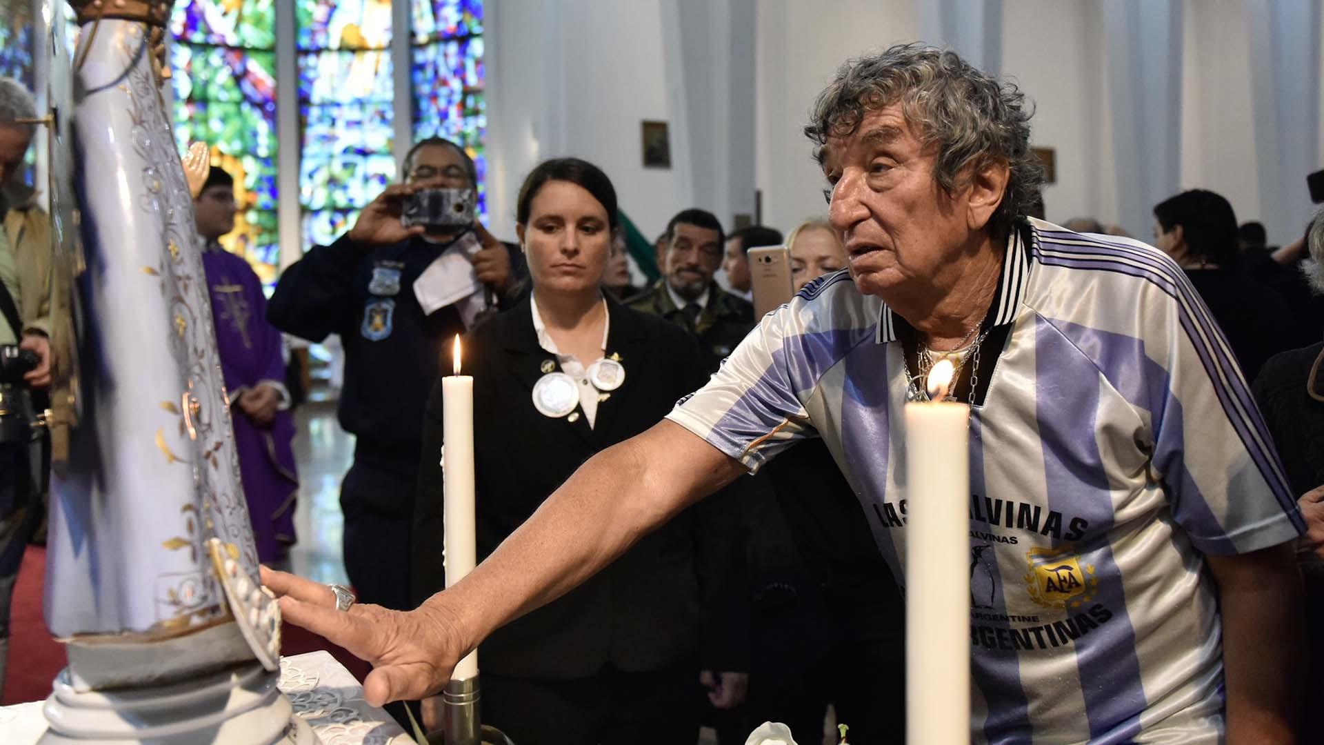 Carlos Pascual, más conocido como Tula, el dueño del bombo más famoso del fútbol argentino, también estuvo presente en la misa para conmemorar a los héroes caídos en la Catedral Castrense