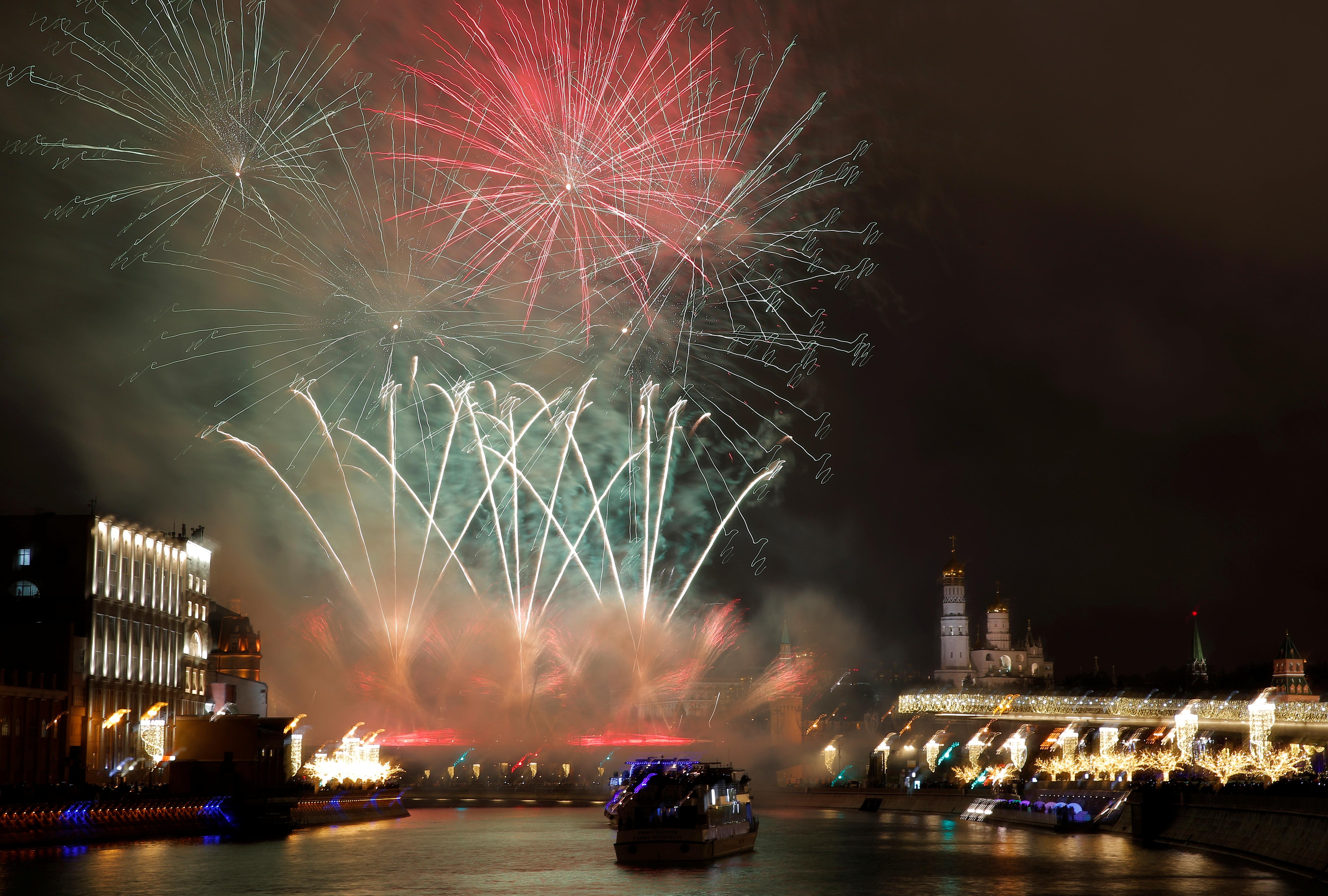El cielo de Moscú, Rusia, iluminado por fuegos artificiales durante las celebraciones de Año Nuevo (REUTERS/Maxim Shemetov)