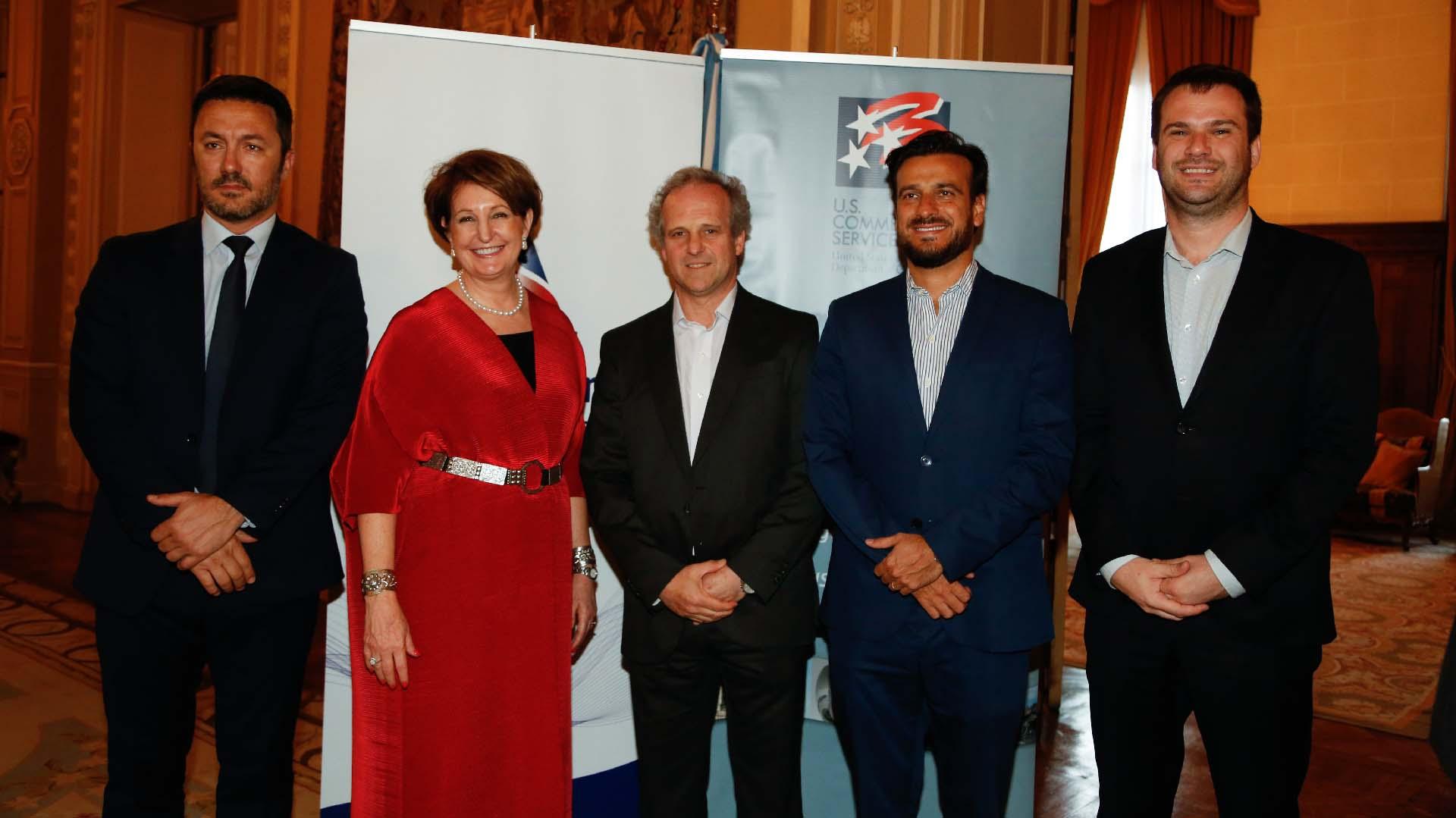 Los diputados Luis Petri, Diego Mestre y Juan Manuel López junto a MaryKay Carlson y Roberto Alexander