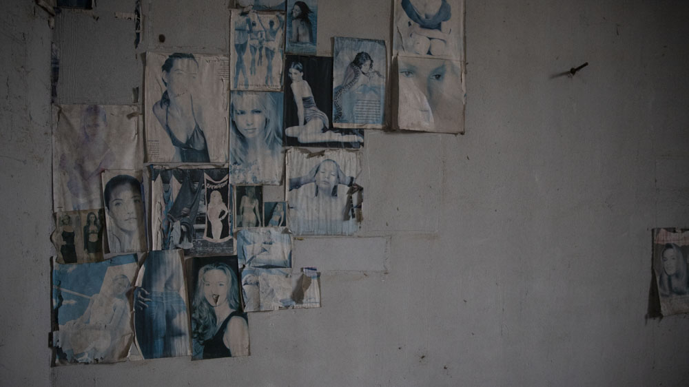 El mismo color que aún conservan los recortes de las revistas que los presos pegaban en las paredes, de autos, de mujeres, como si fueran habitaciones adolescentes.