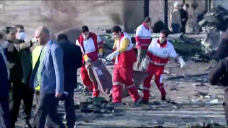 Equipos de emergencia trabajan cerca de los restos del vuelo PS752 de Ukraine International Airlines, un avión Boeing 737-800 que se estrelló después de despegar del aeropuerto Imam Jomeini de Teherán (REUTERS)