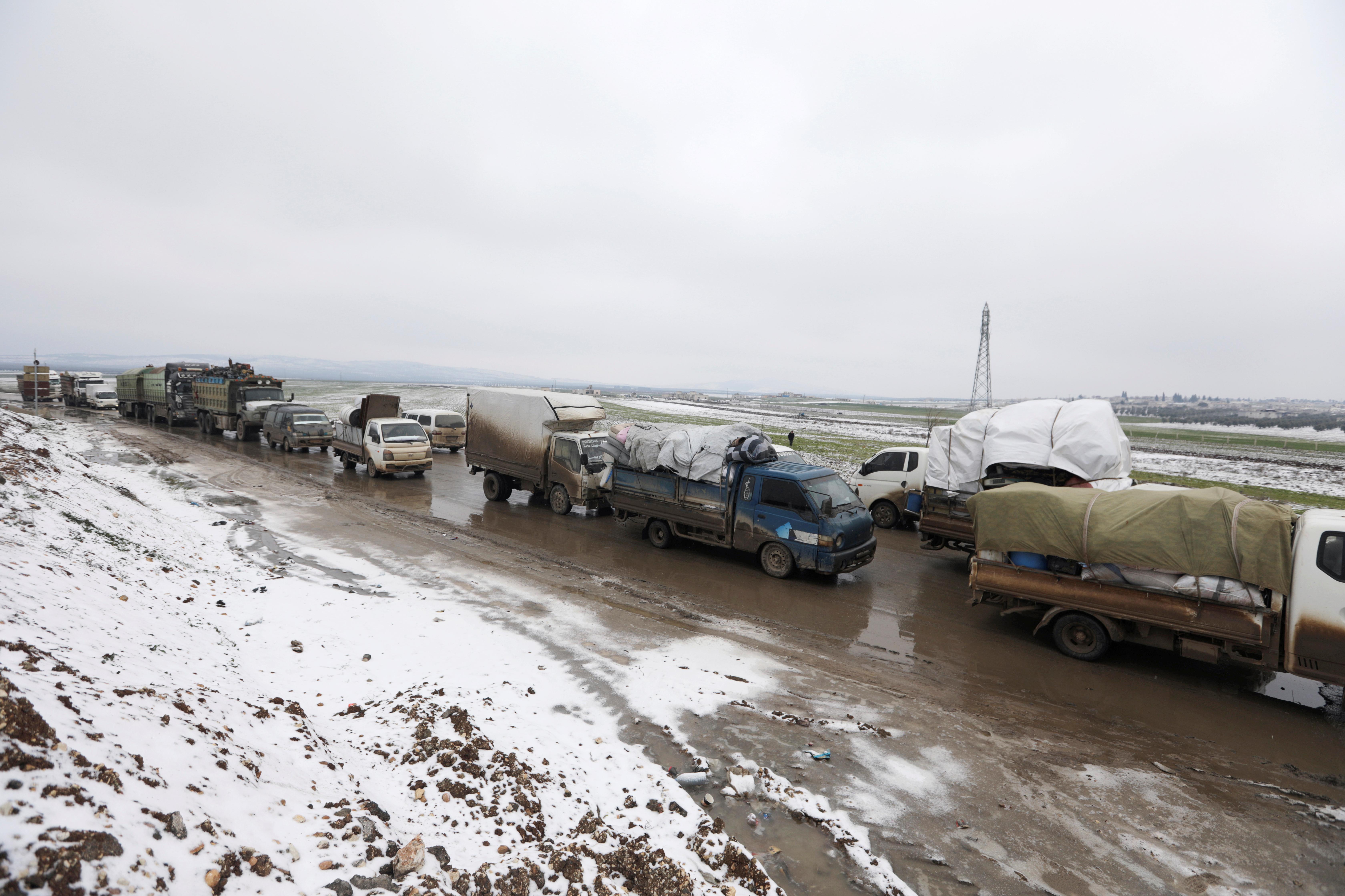 La larga columna de vehículos que escapa de la ofensiva del régimen sirio