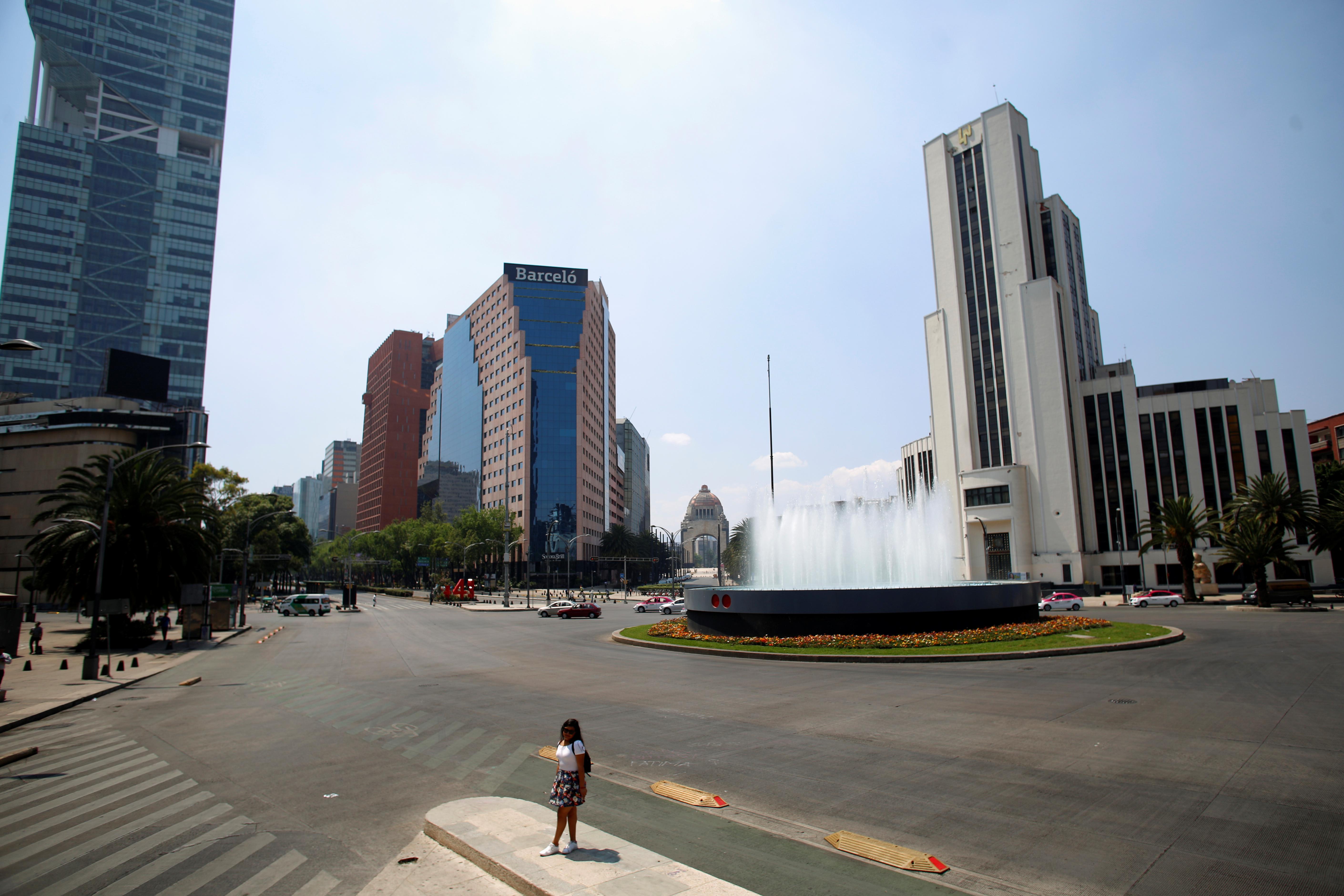 Se ve a una mujer en la calle mientras continúa el brote de la enfermedad por coronavirus (COVID-19), en la Ciudad de México, México, 22 de marzo de 2020.