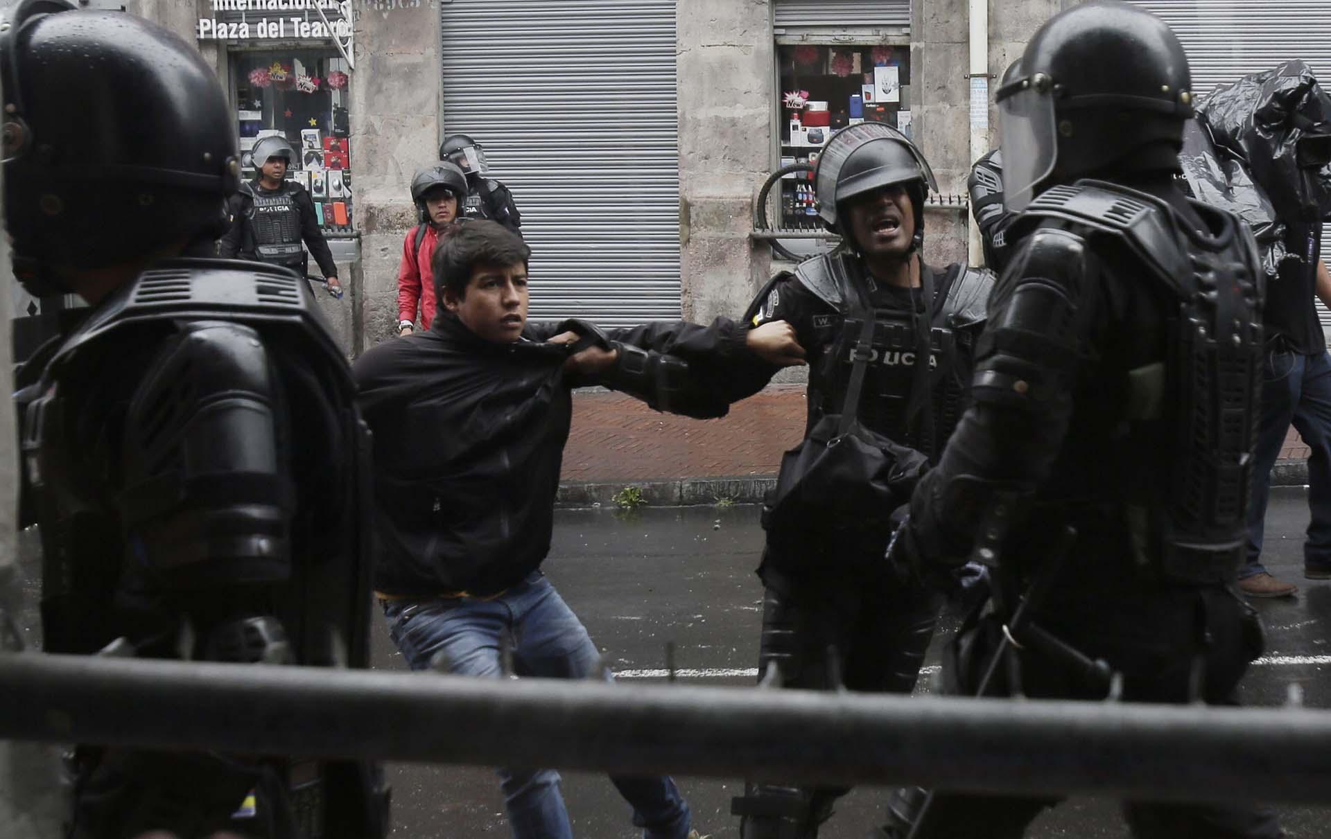Un joven es detenido en las inmediaciones del Palacio de Gobierno, en Quito (AP Photo/Dolores Ochoa)