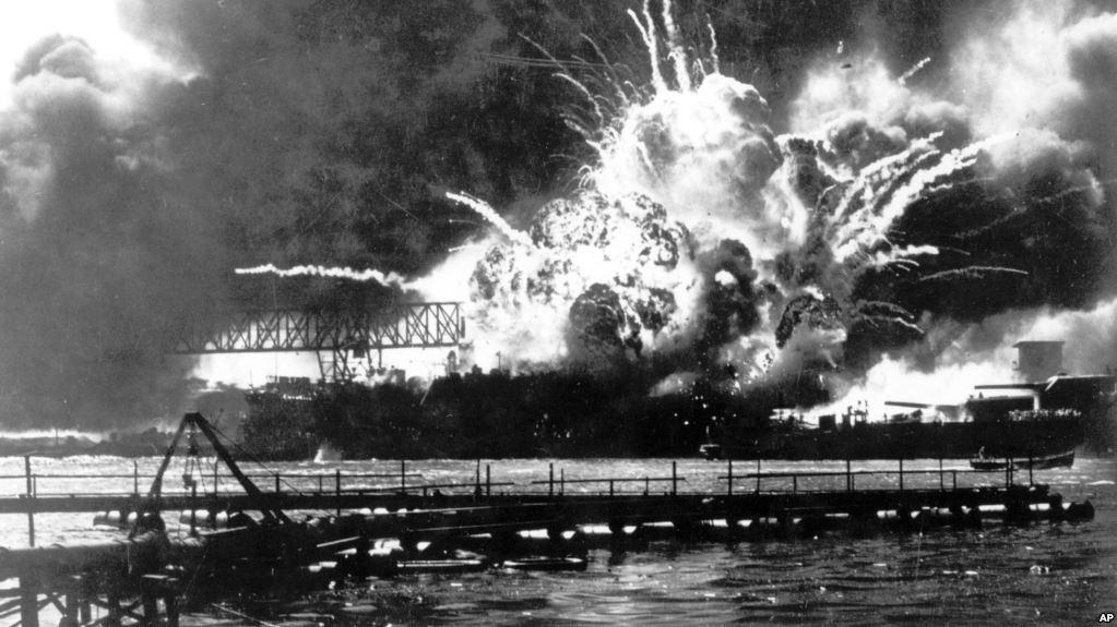 Un buque estadounidense estalla durante el ataque sobre Pearl Harbor del 7 de diciembre de 1941. Los portaaviones Kaga y Akagi, hundidos en Midway, habían participado de aquel ataque