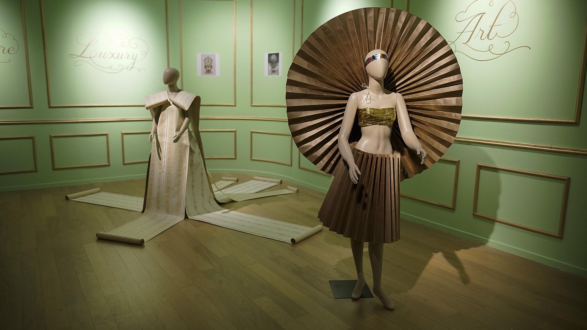 En sus pasarelas, los modelos bailaban y actuaban con las ropas que el artista había compuesto con retazos, prendas de segunda mano, papel y revistas. En la creación de estos diseños, hizo uso de técnicas como el ñandutí, el bordado, el patchwork y el reciclaje, entre otros