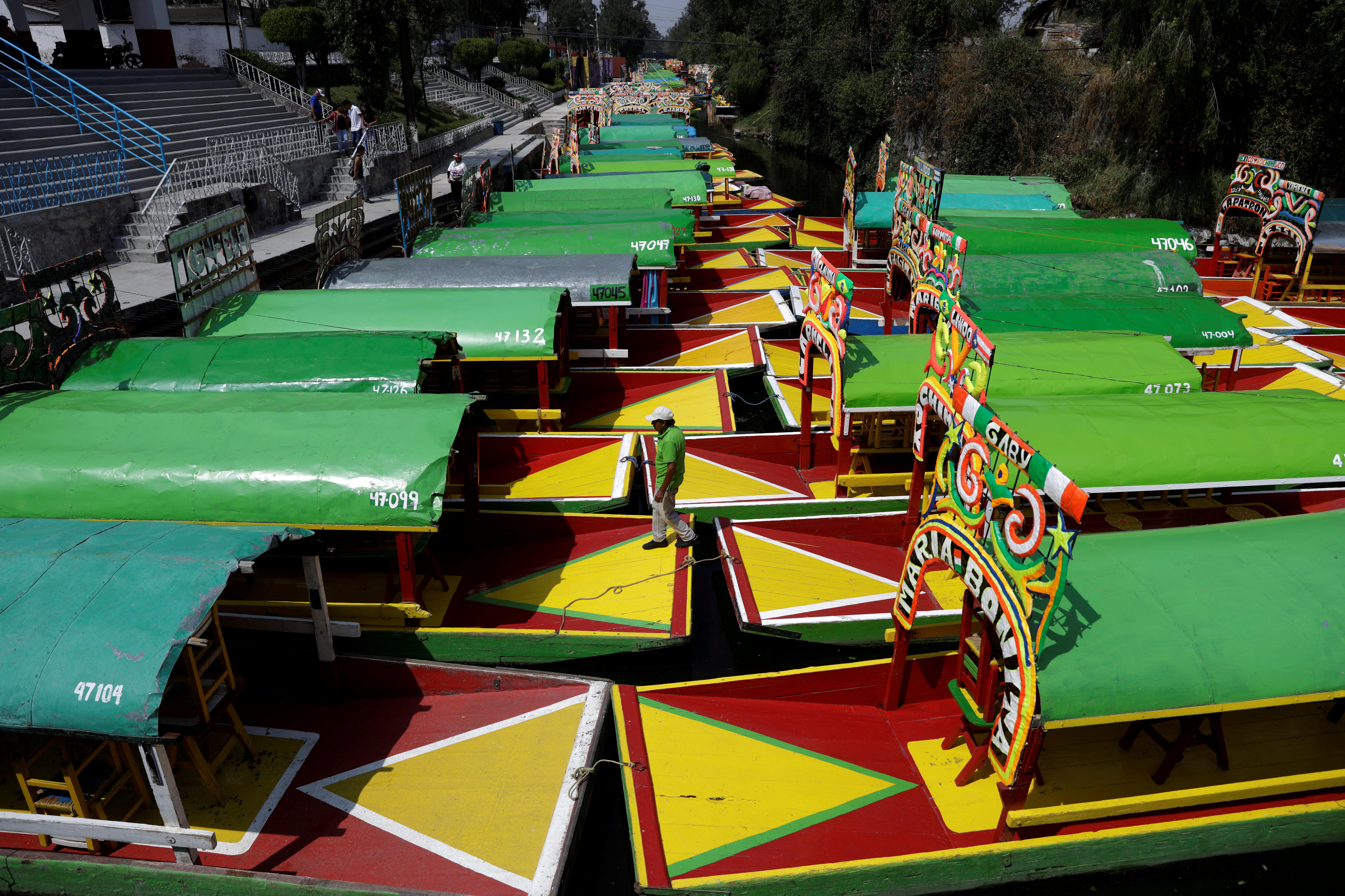 Las trajineras (embarcaciones) están estacionadas en Xochimilco debido a la falta de clientes, ya que el Ministerio de Salud de México instó a las personas a mantener una
