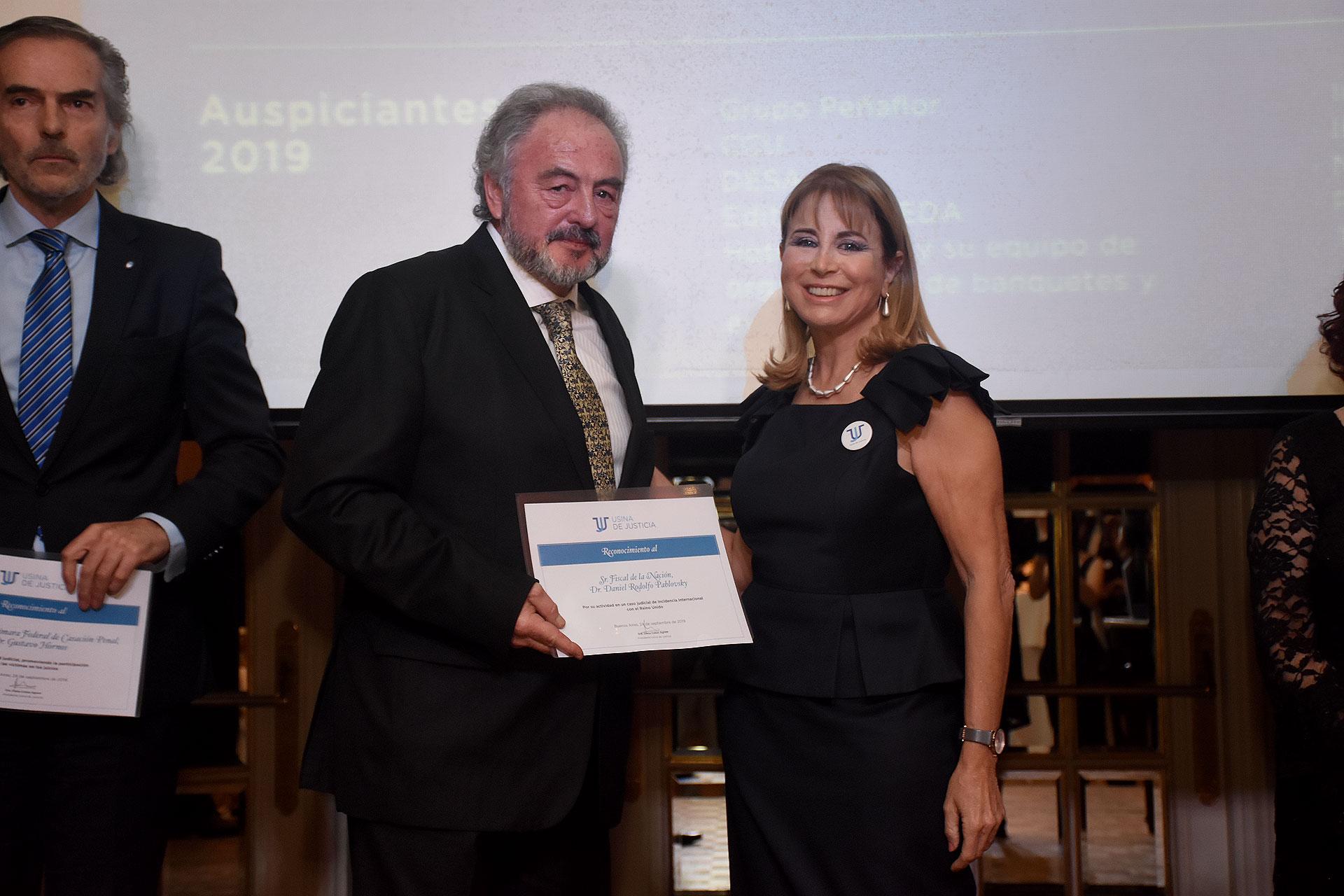 El fiscal Pavlosky recibe su reconocimiento de la mano de Diana Cohen Agrest