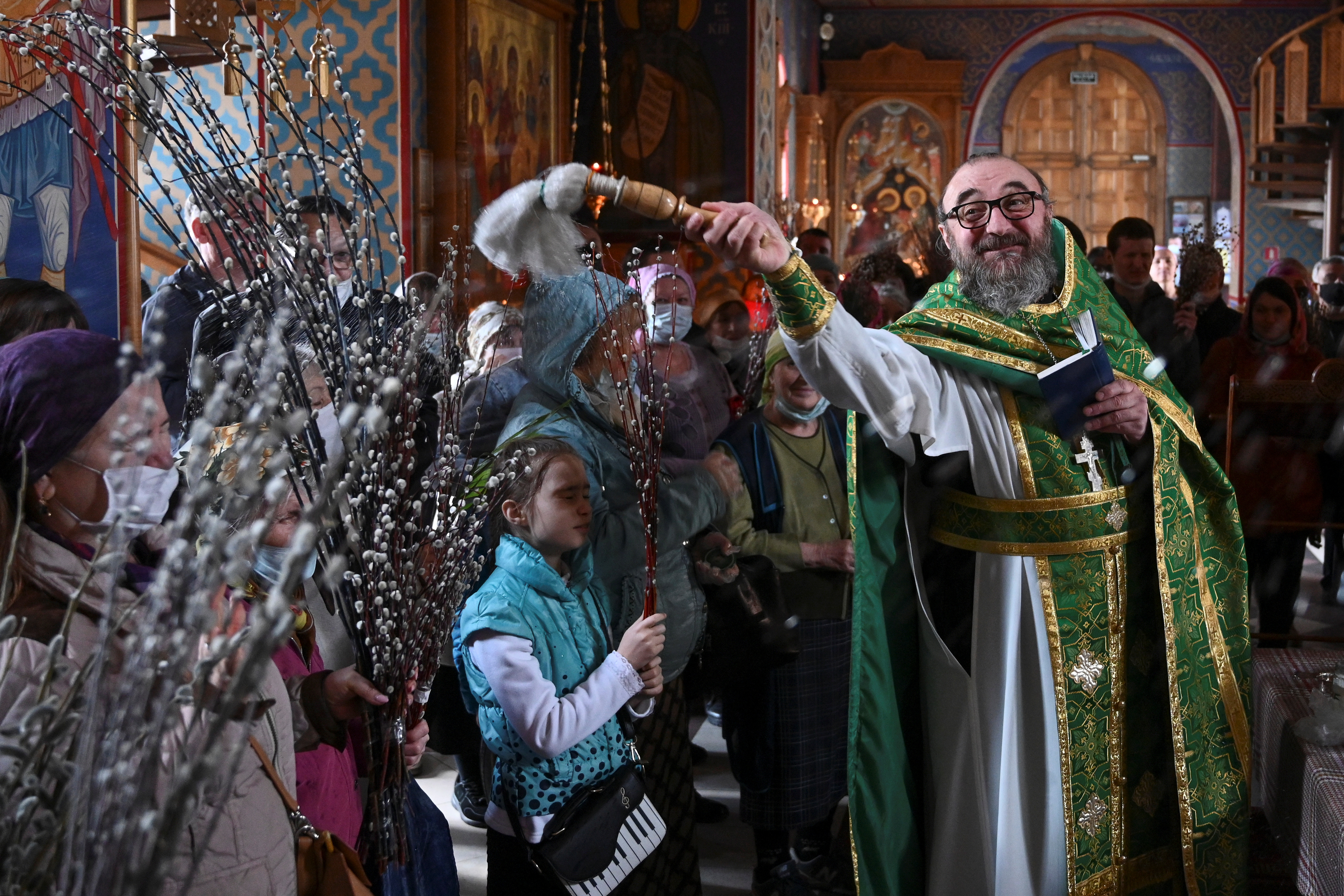 RUSIA - Un cura ortodóxo ruso bendice a sus feligreses en Rostov-on-Don
