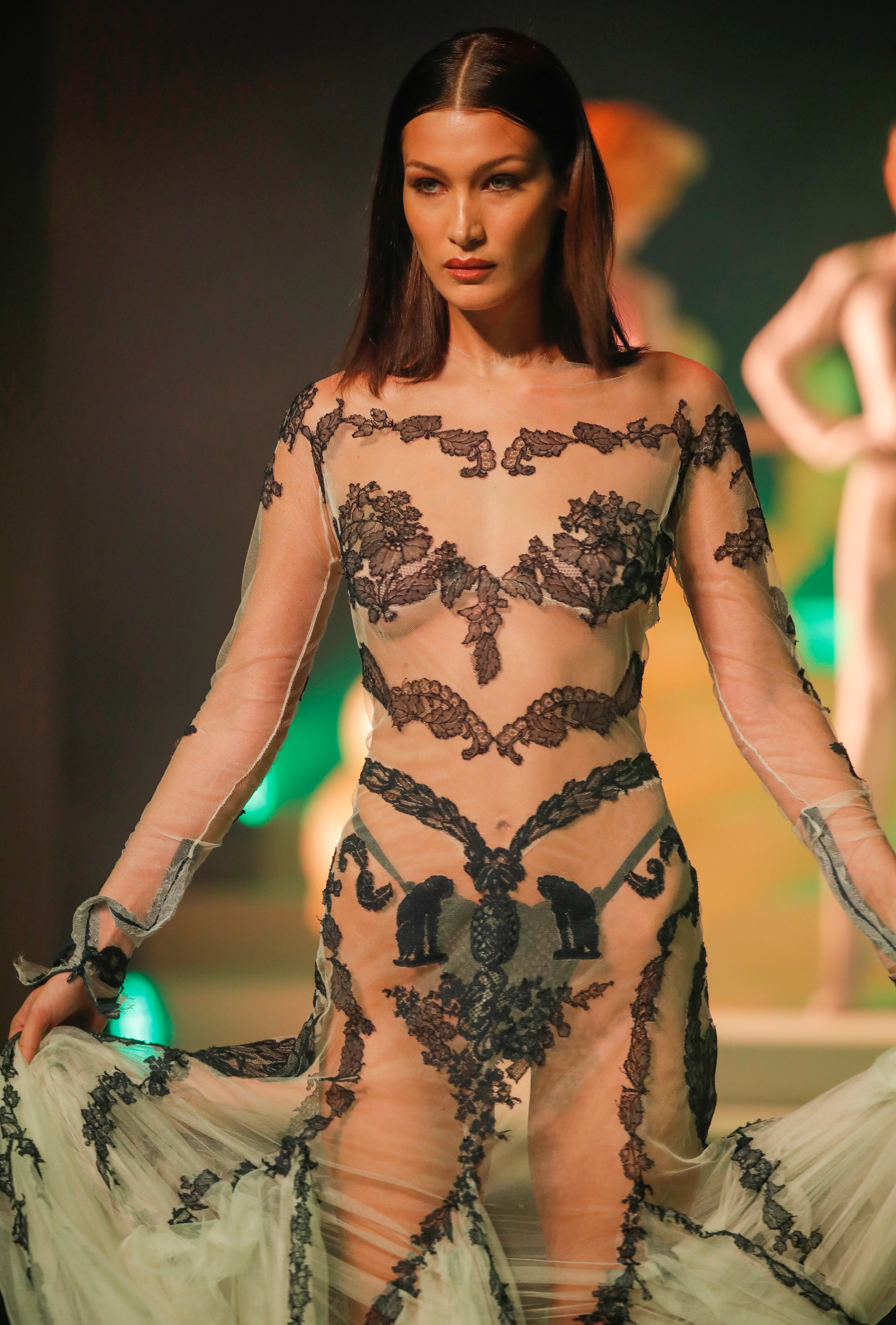 La top model Bella Hadid dijo presente en la semana de alta costura y en el último desfile de Jean Paul luciendo un vestido de seda y encaje transparente