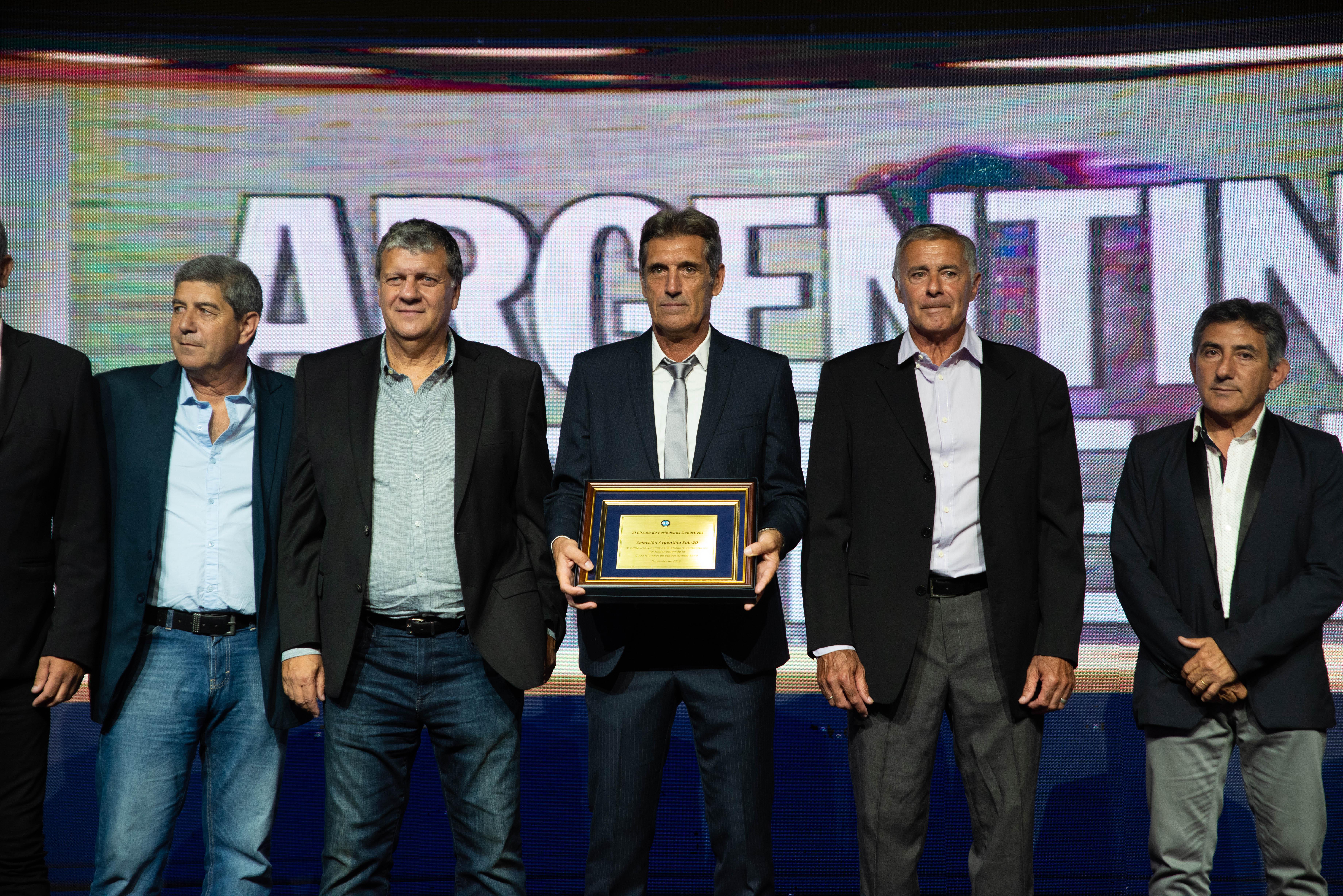 Juan Simón recibió una plaqueta en homenaje a los campeones del Mundial de Fútbol Juvenil de 1979.