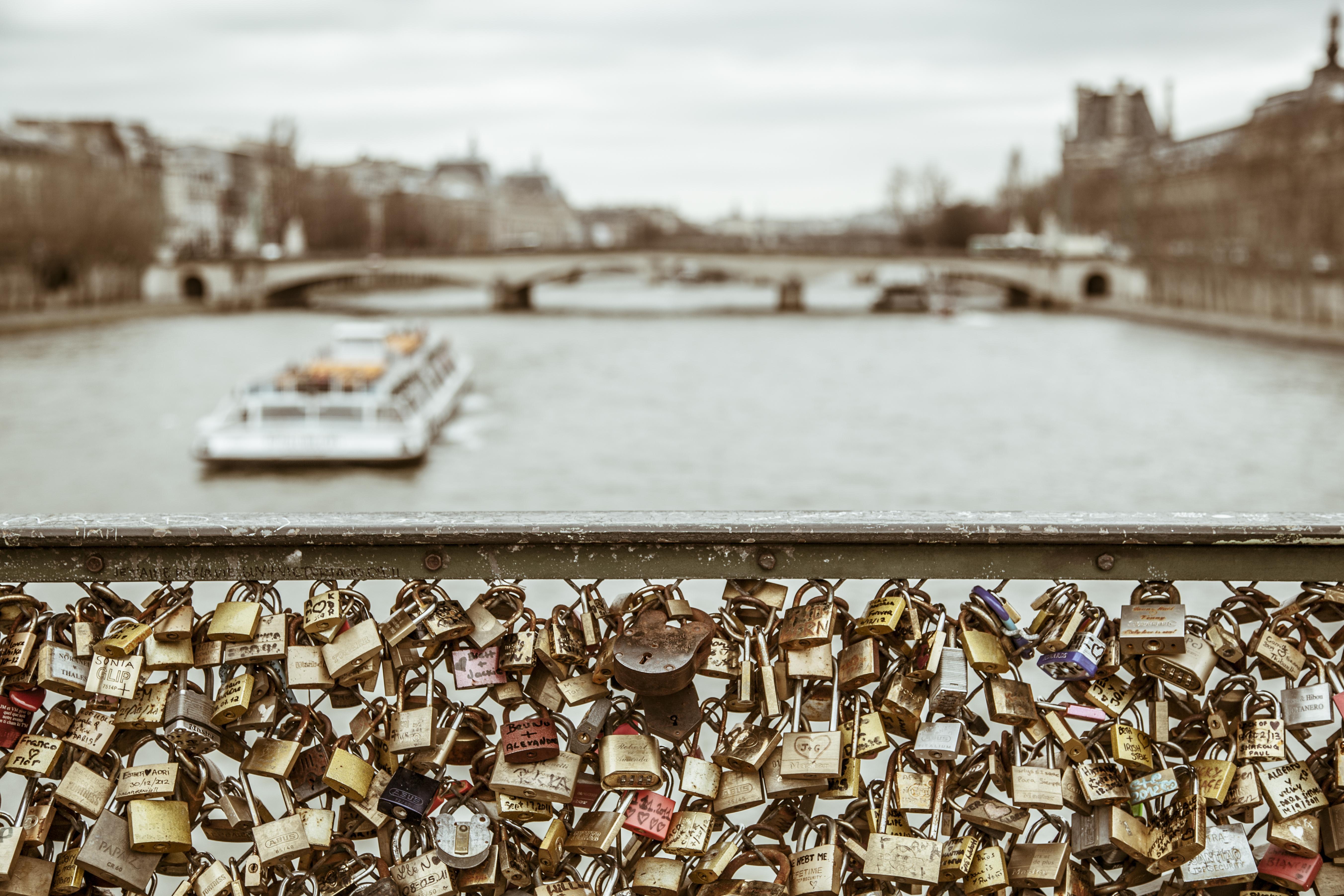 """El puente """"cerradura de amor"""", conocido como el Pont des Arts, solía ser el sitio de una tradición turística donde los visitantes colocaban una cerradura al puente y luego tiraban la llave al río Sena. En 2015, los funcionarios retiraron casi un millón de cerraduras del puente de París después de que parte de aquel se derrumbó en 2014"""