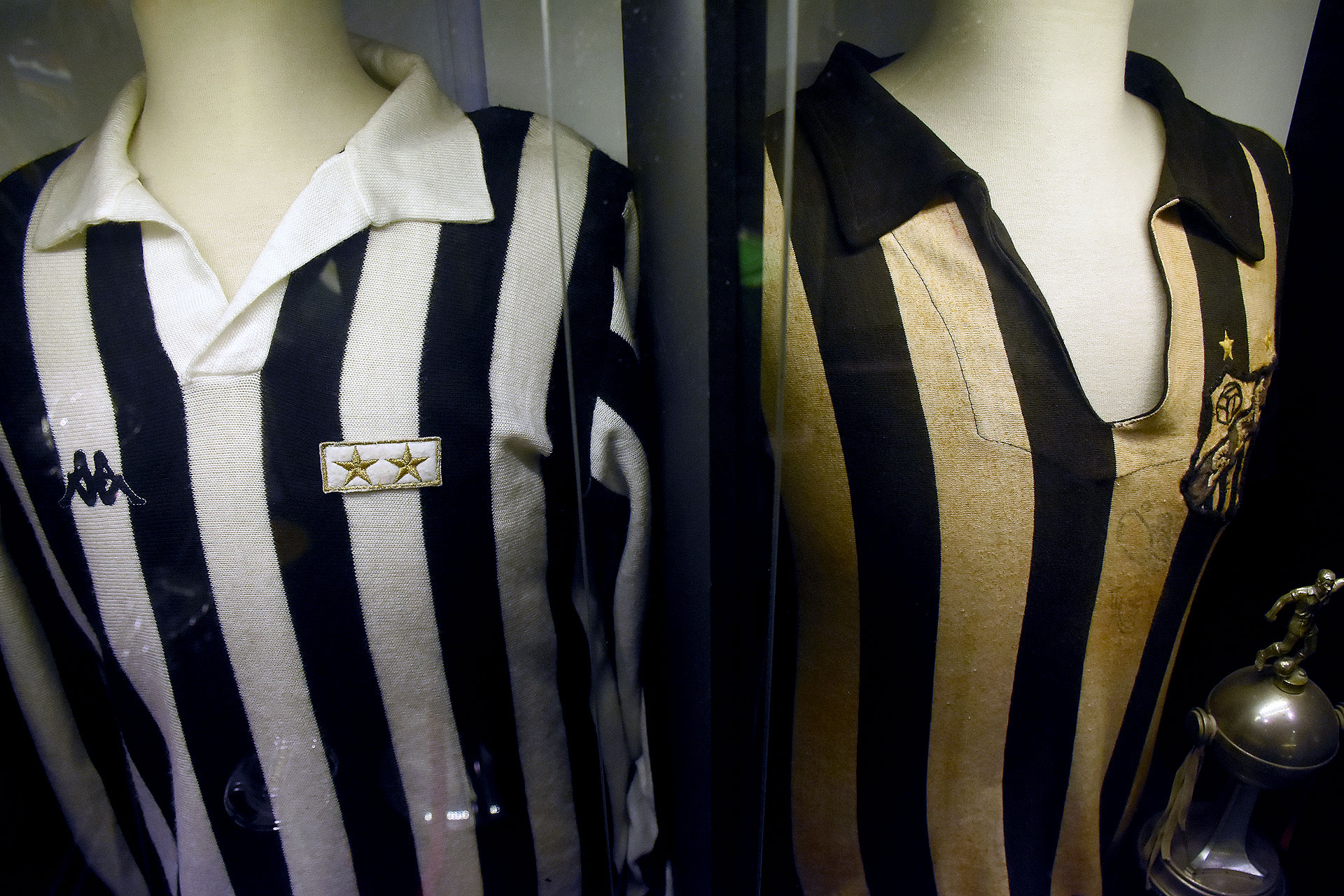 La titular de la Juventus de Michel Platini en la final de la Champions League de 1985 y la de Pelé, con el blanco amarillentado, de la final de la Libertadores 1964 que ganó con Santos (Nicolas Stulberg)