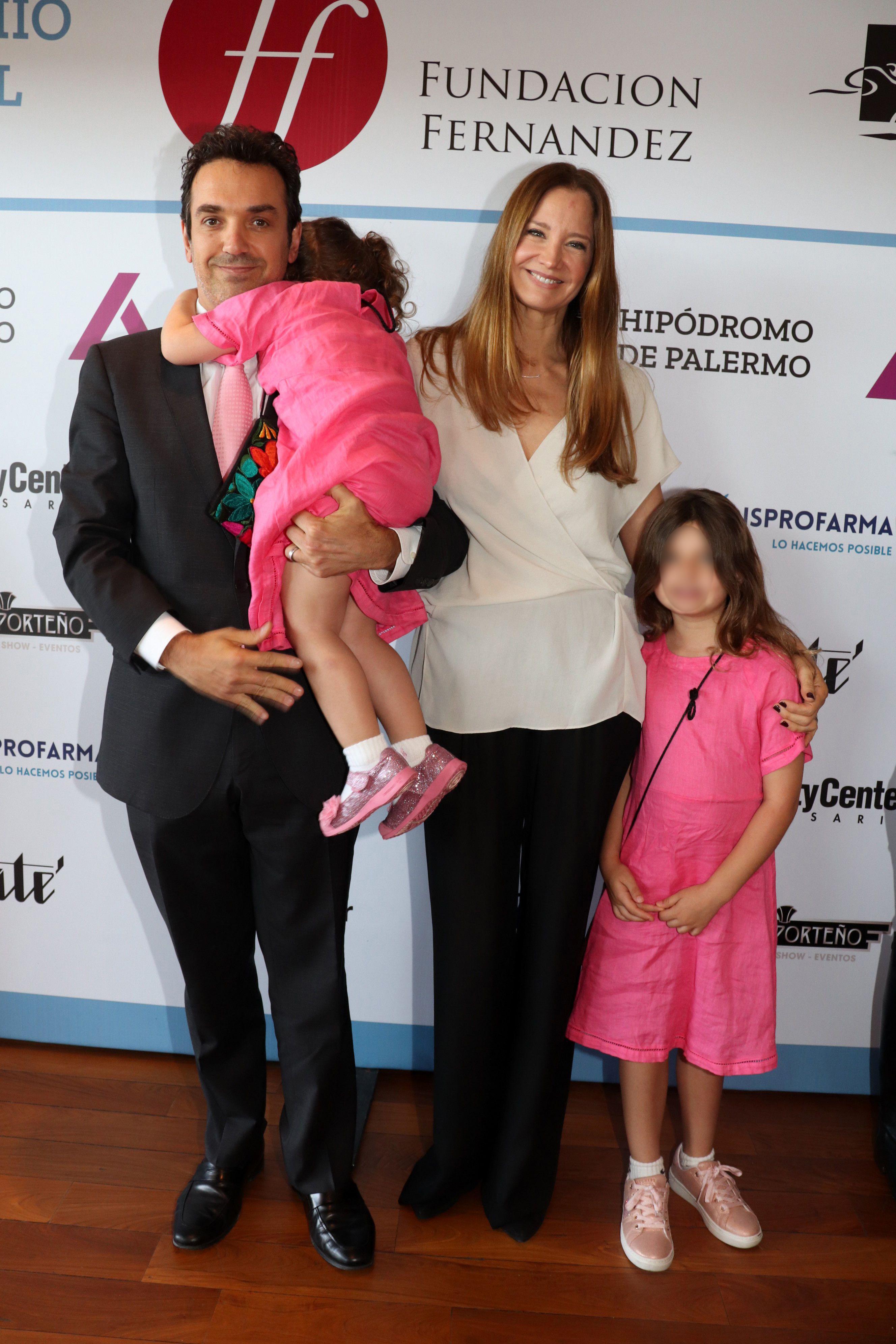 Sebastián Bagó y Roxana Zarecki con sus hijas.