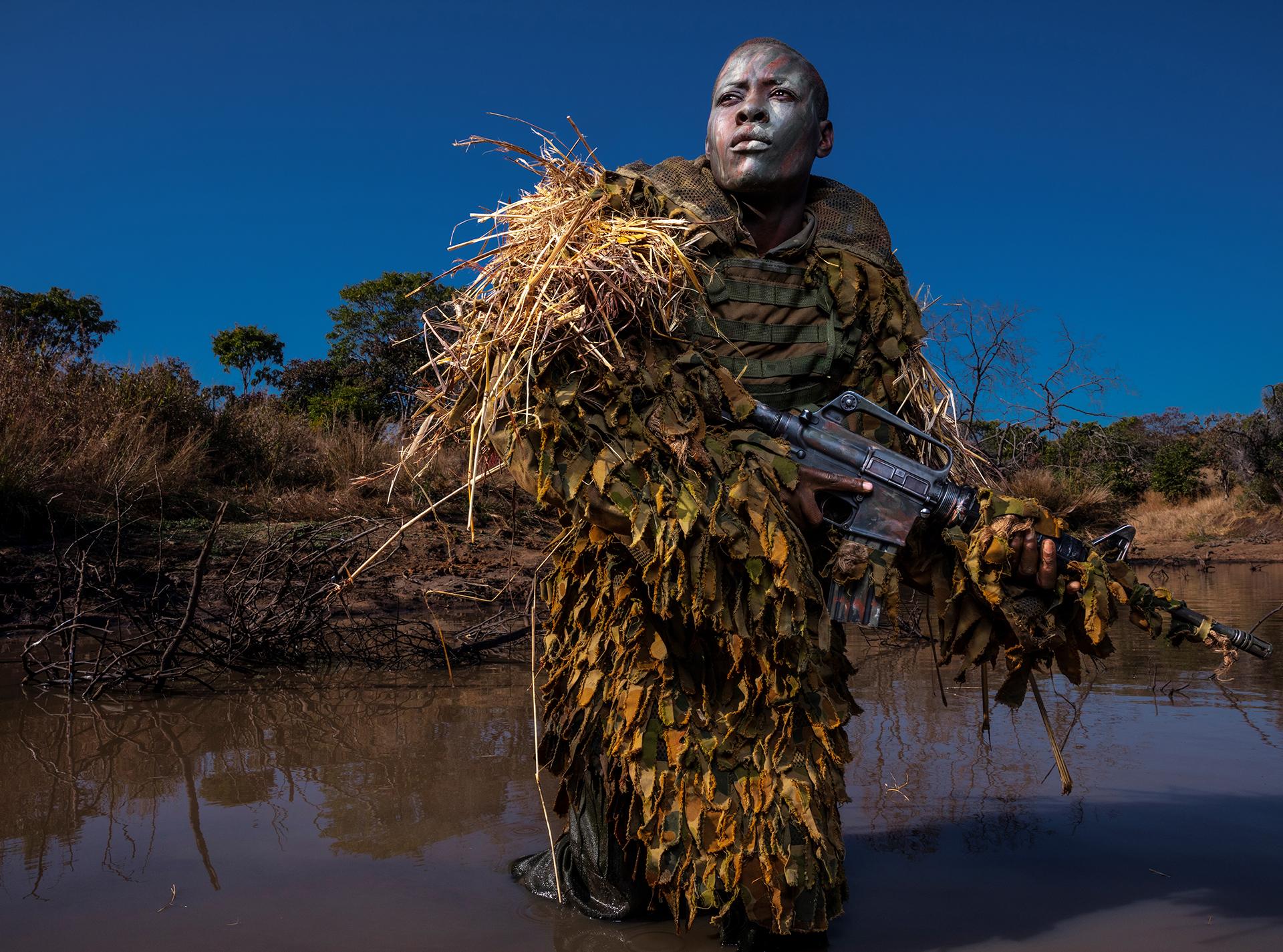 Una mujer miembro de la Akashinga, una fuerza de elite femenina que se dedica a patrullar zonas de Zimbabwe con el objetivo de evitar la caza furtiva. Brent Stirton, 2018