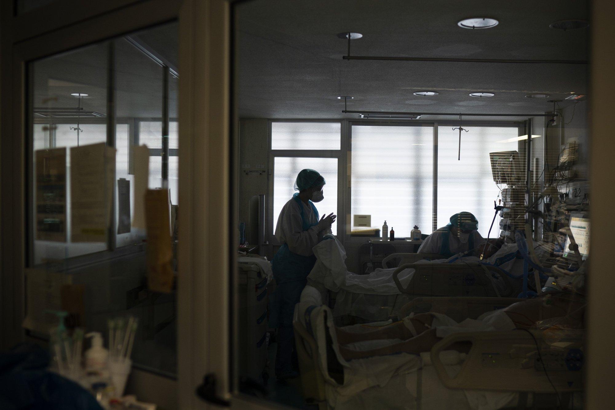 En la improvisada UCI funcionaba una biblioteca que fue readaptada con 20 camas para enfrentar la pandemia del coronavirus (AP Photo/Felipe Dana)