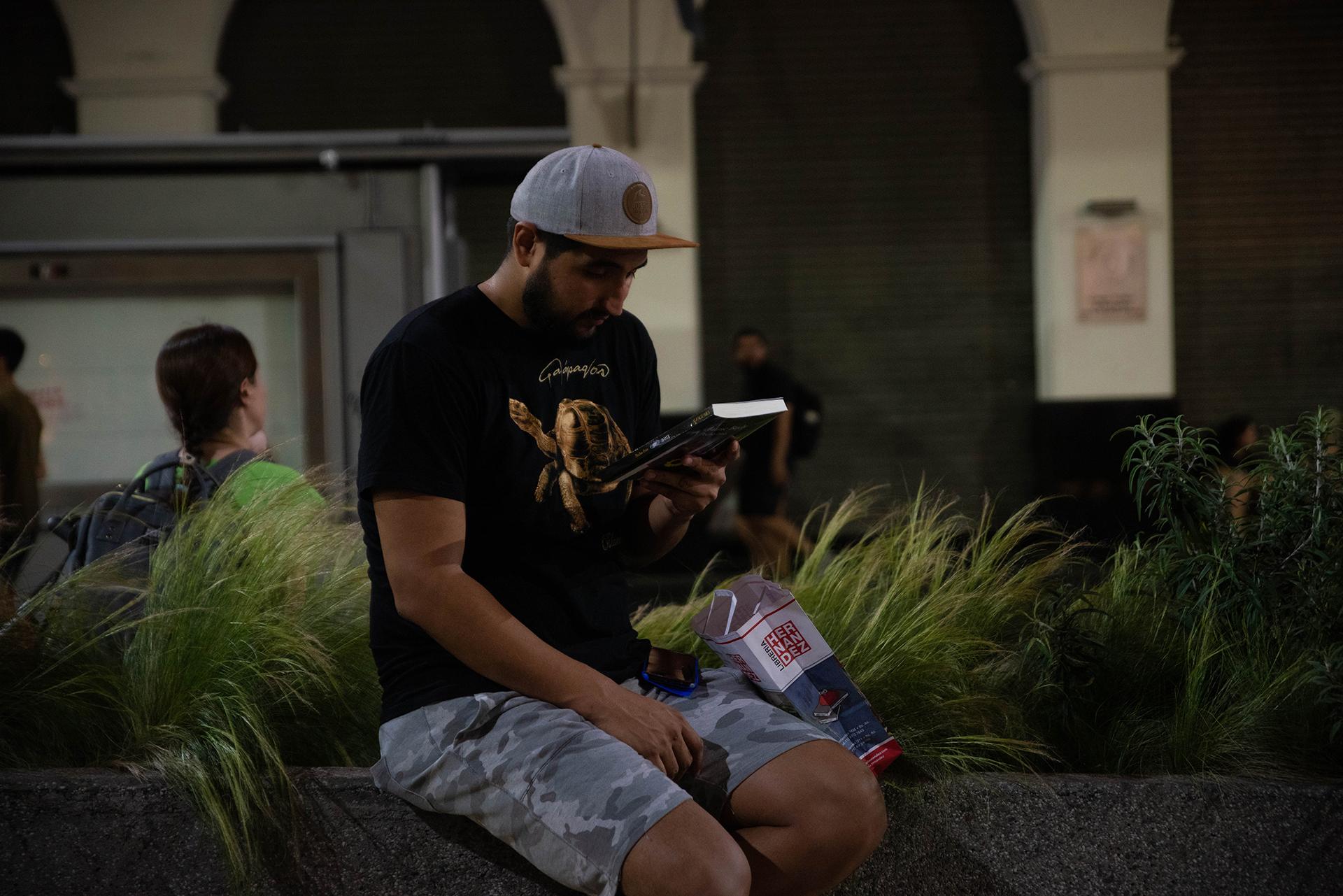 Un joven mira el ejemplar que acaba de comprar.