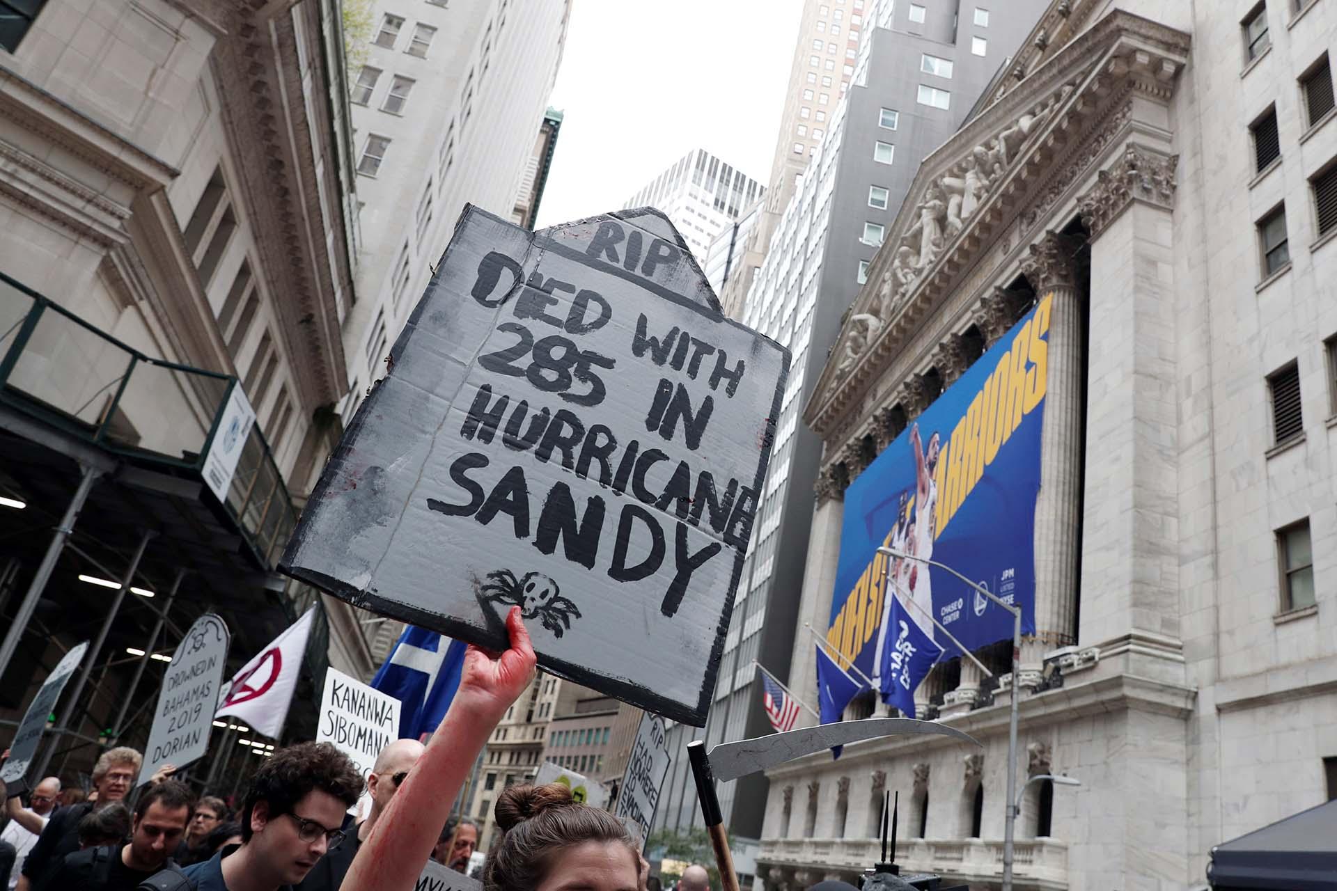 Activistas del cambio climático participan en protestas frente a la Bolsa de Nueva York en Wall Street durante las protestas de la rebelión de extinción en la ciudad de Nueva York, Nueva York, EE. UU., 7 de octubre de 2019. REUTERS / Shannon Stapleton