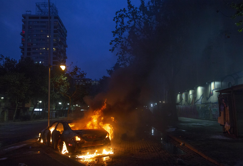 Ante la persistencia e intensificación de los disturbios, el general de división Javier Iturriaga decretó el toque de queda en la capital chilena a partir de las 22:00 hasta las 07:00 hora local.