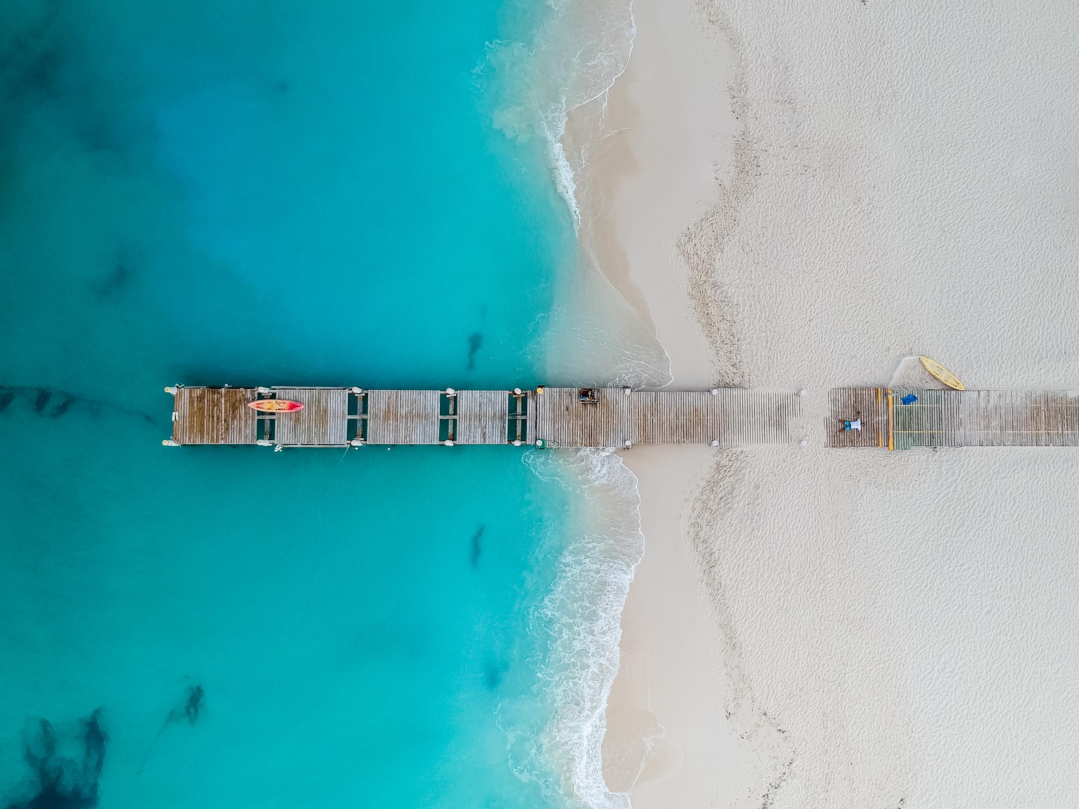 Grace Bay Beach, en las Islas Turcas y Caicos, es el tramo de arena más emblemático e impresionante del mundo. Se trata de una playa de fina arena blanca y un mar increíblemente turquesa