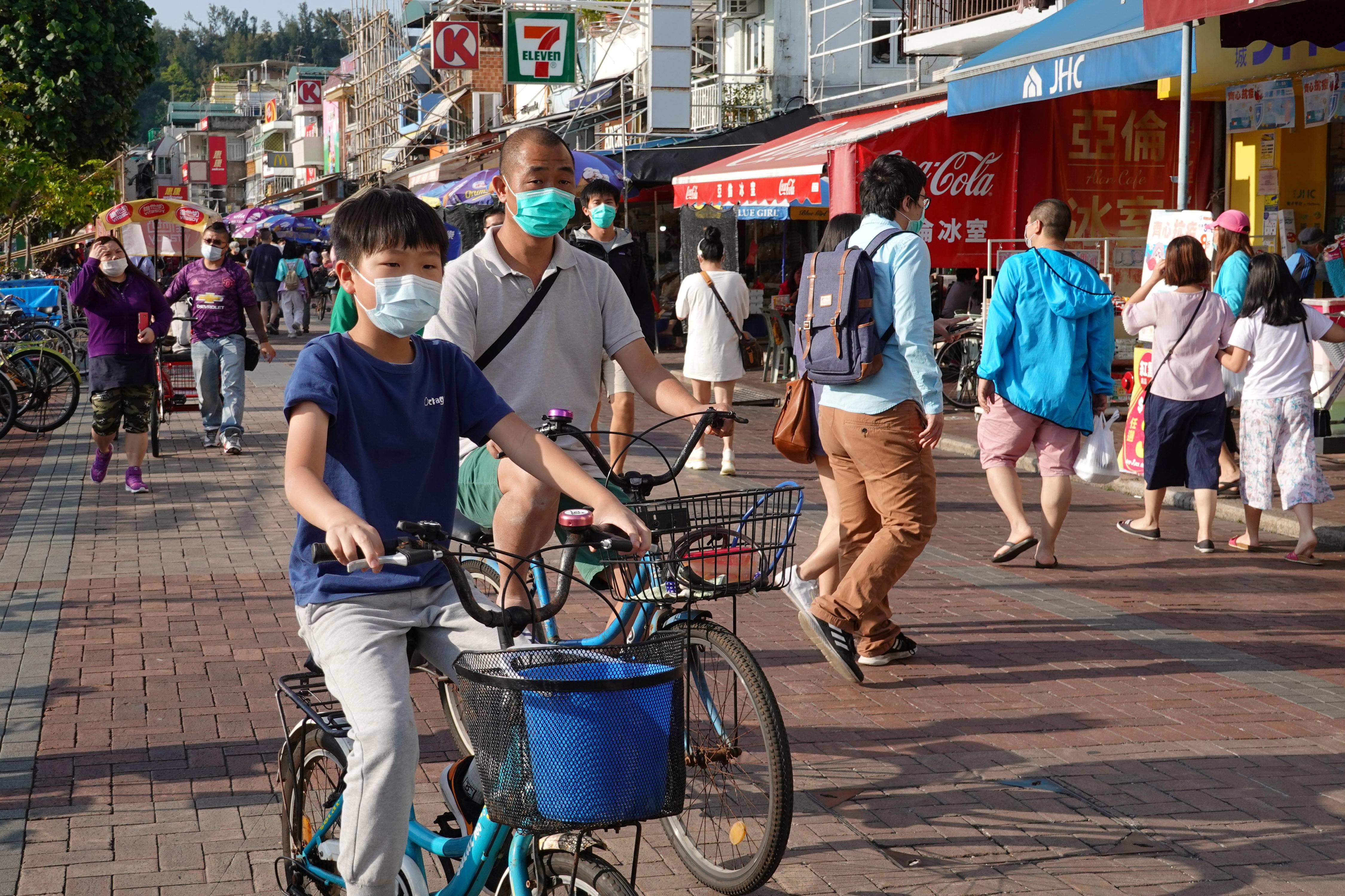 Todos -o la gran mayoría- con barbijos, las calles comenzaron a tener su ritmo habitual. La enfermedad COVID-19 nació en Wuhan, China, en diciembre de 2019