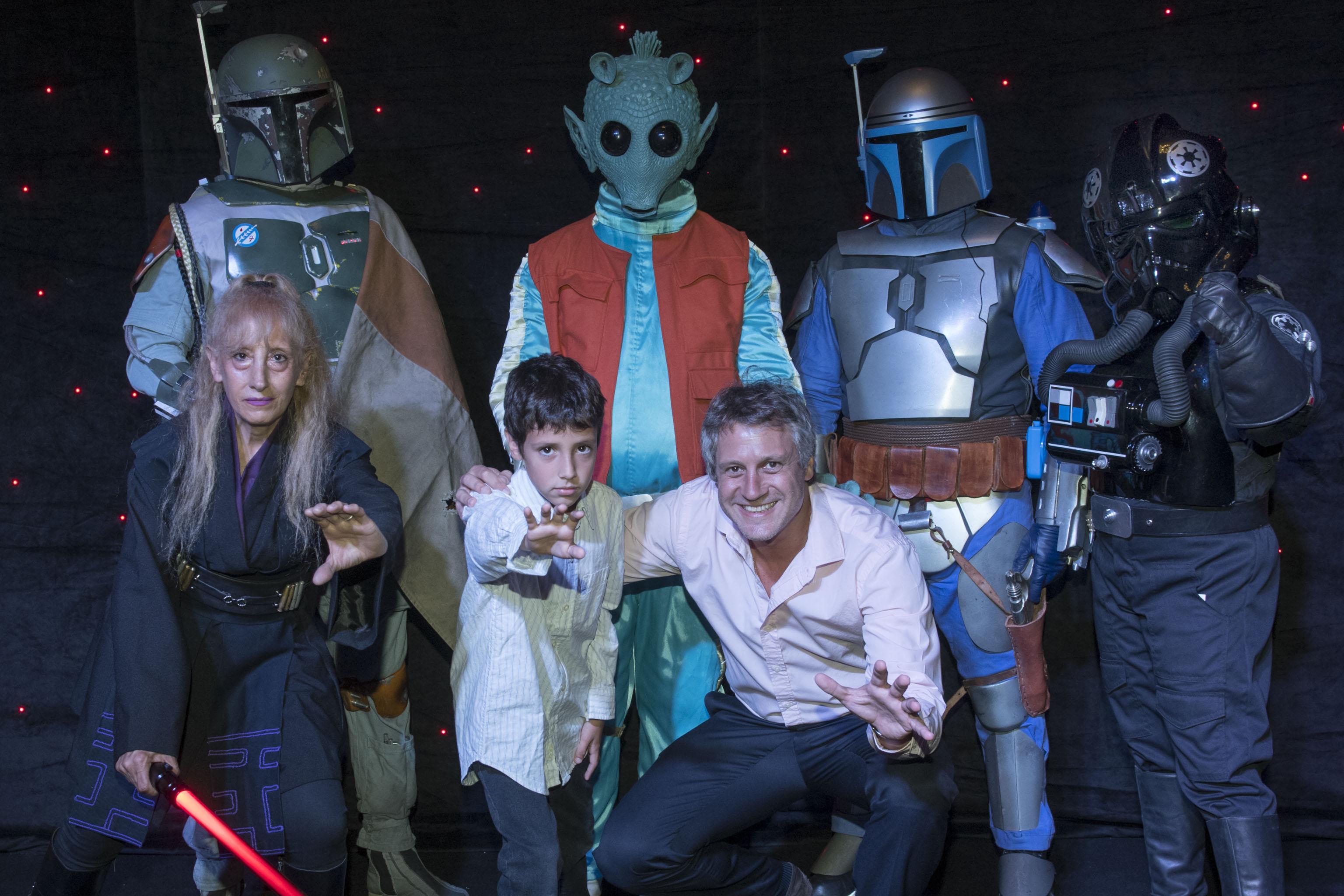 Felipe Miguel, jefe de Gabinete porteño, junto a su hijo y los personajes de Star Wars