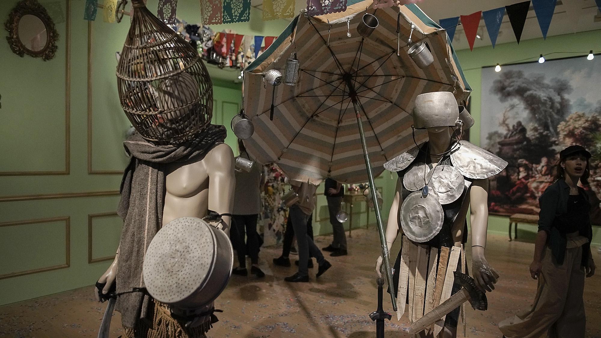 Sergio De Loof fue una figura central de la moda de autor, de principios los años noventa. Concibió sus desfiles como reuniones colaborativas y comunitarias, cercanas al teatro. Participaban sus amigos o conocidos, con cuerpos bien diferentes y lejanos de los de las supermodelos. Así, daba lugar en sus trabajos a las disidencias corporales y sexuales
