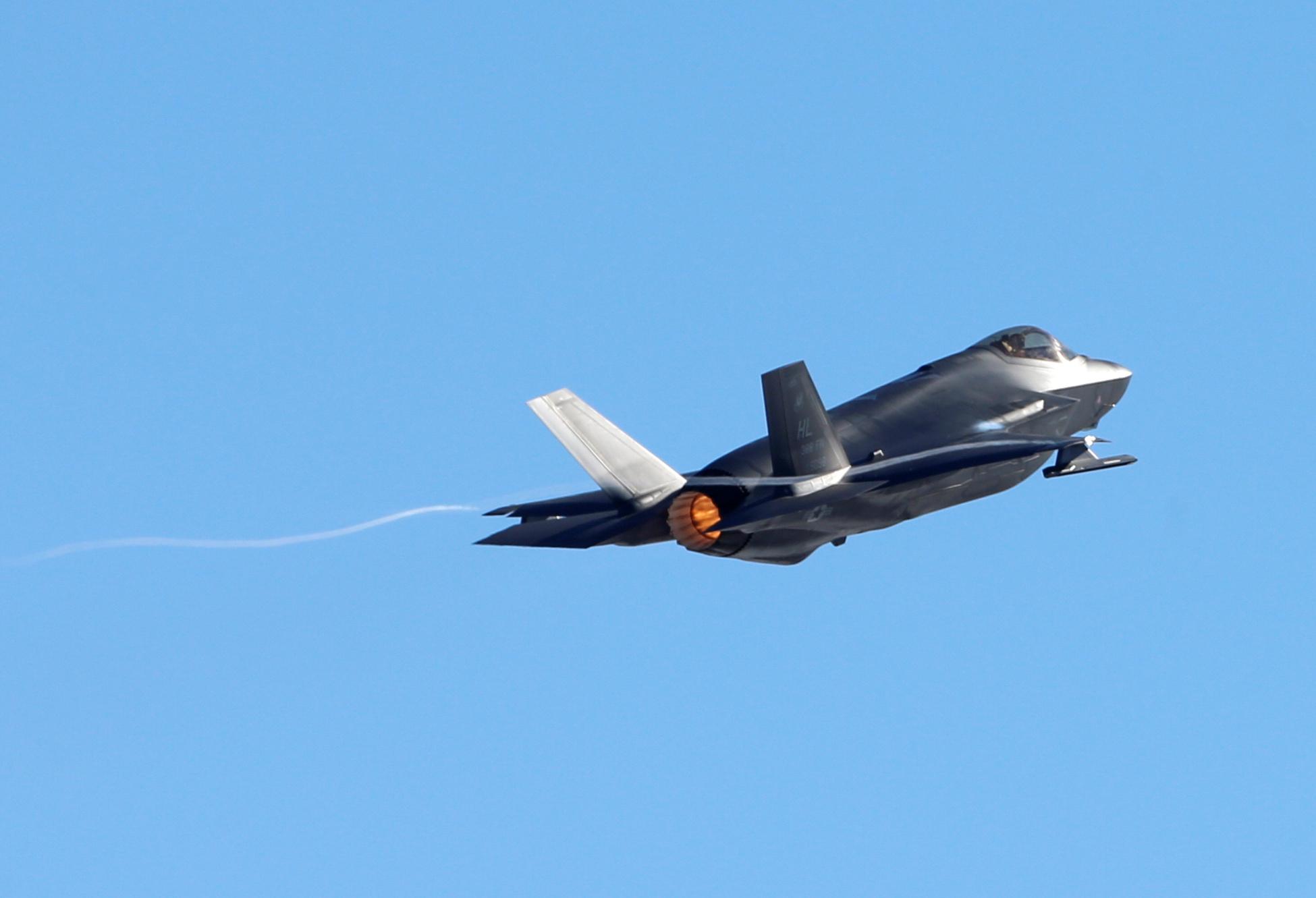 Un piloto de la Fuerza Aérea norteamericana despega en su avión F-35A para participar en un ejercicio de poder de combate, después de que se formó en un ejercicio de